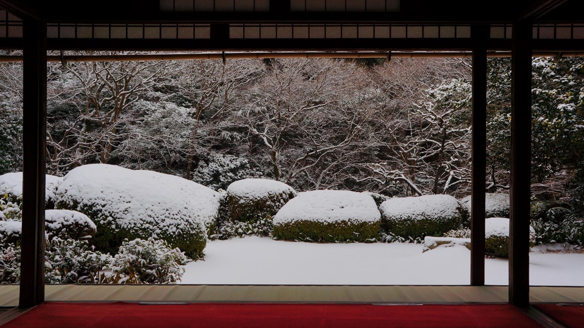 詩仙堂の素晴らしい雪の額縁庭園
