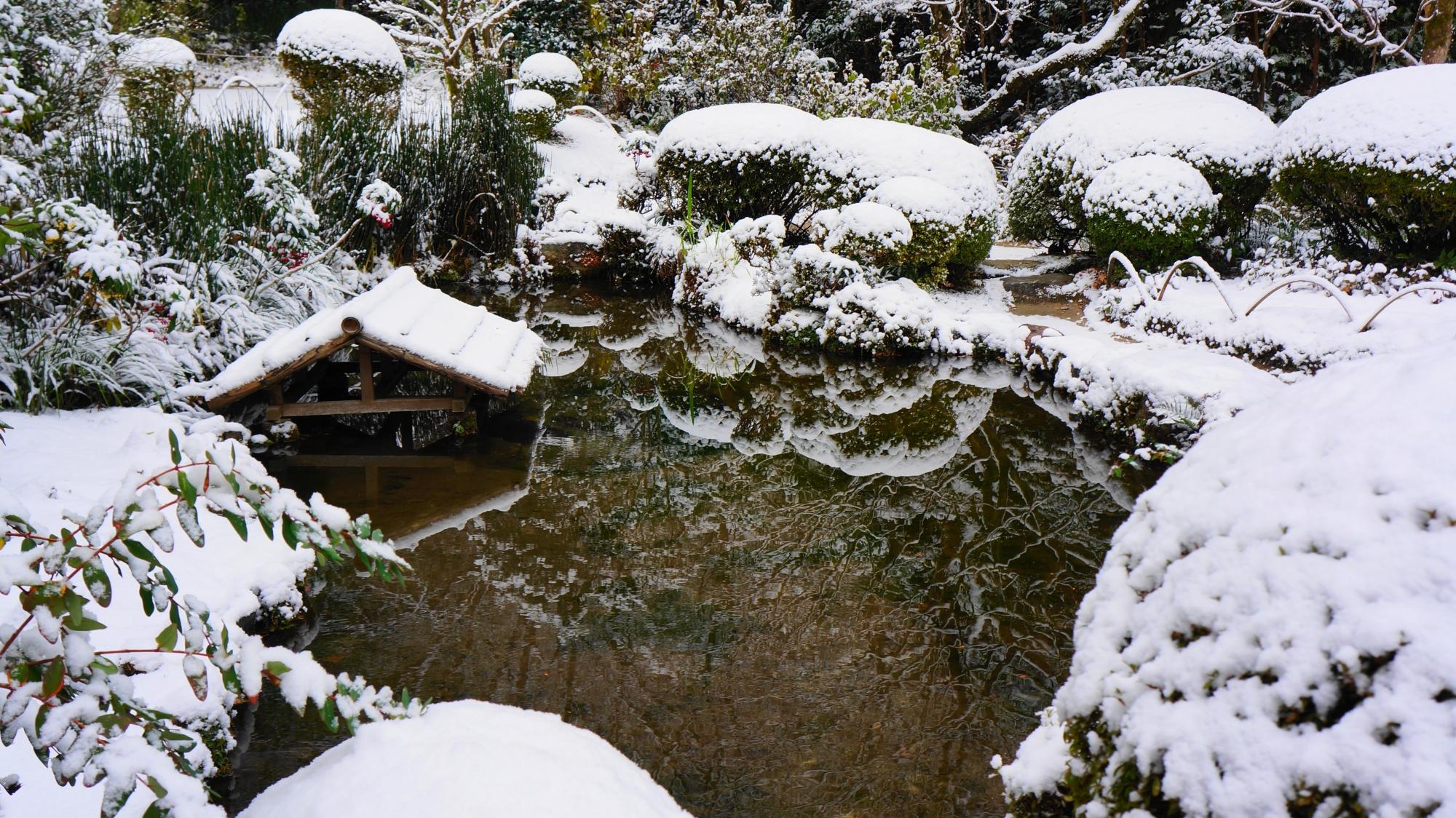 詩仙堂の雪につつまれた池