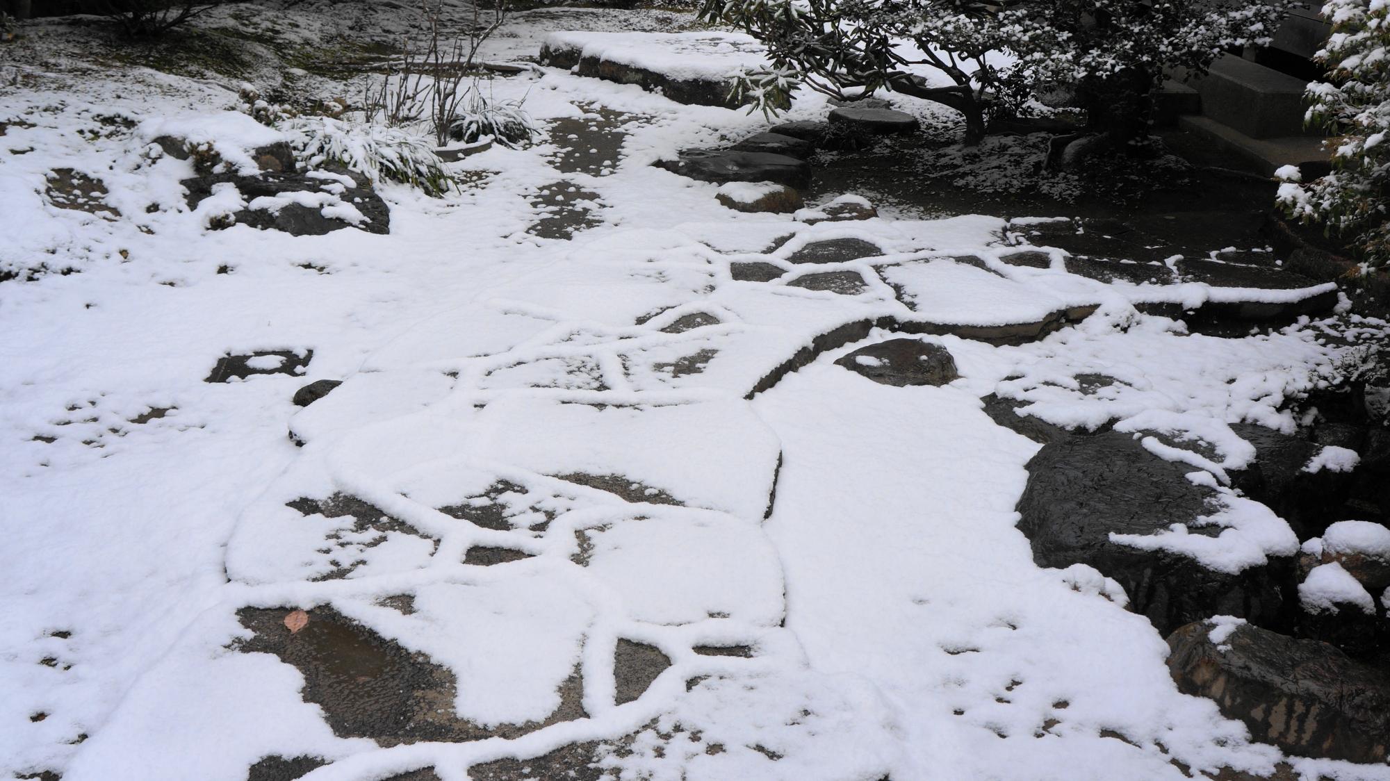 詩仙堂の雪に覆われた石の参道