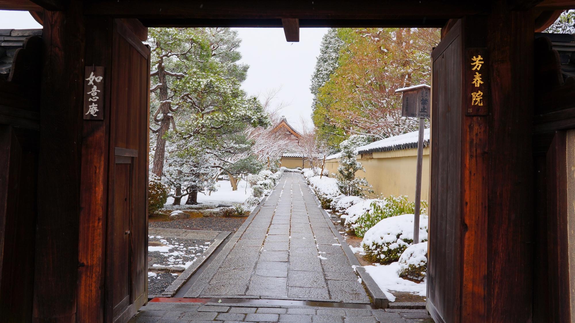 表門から続く風情ある雪の長い参道