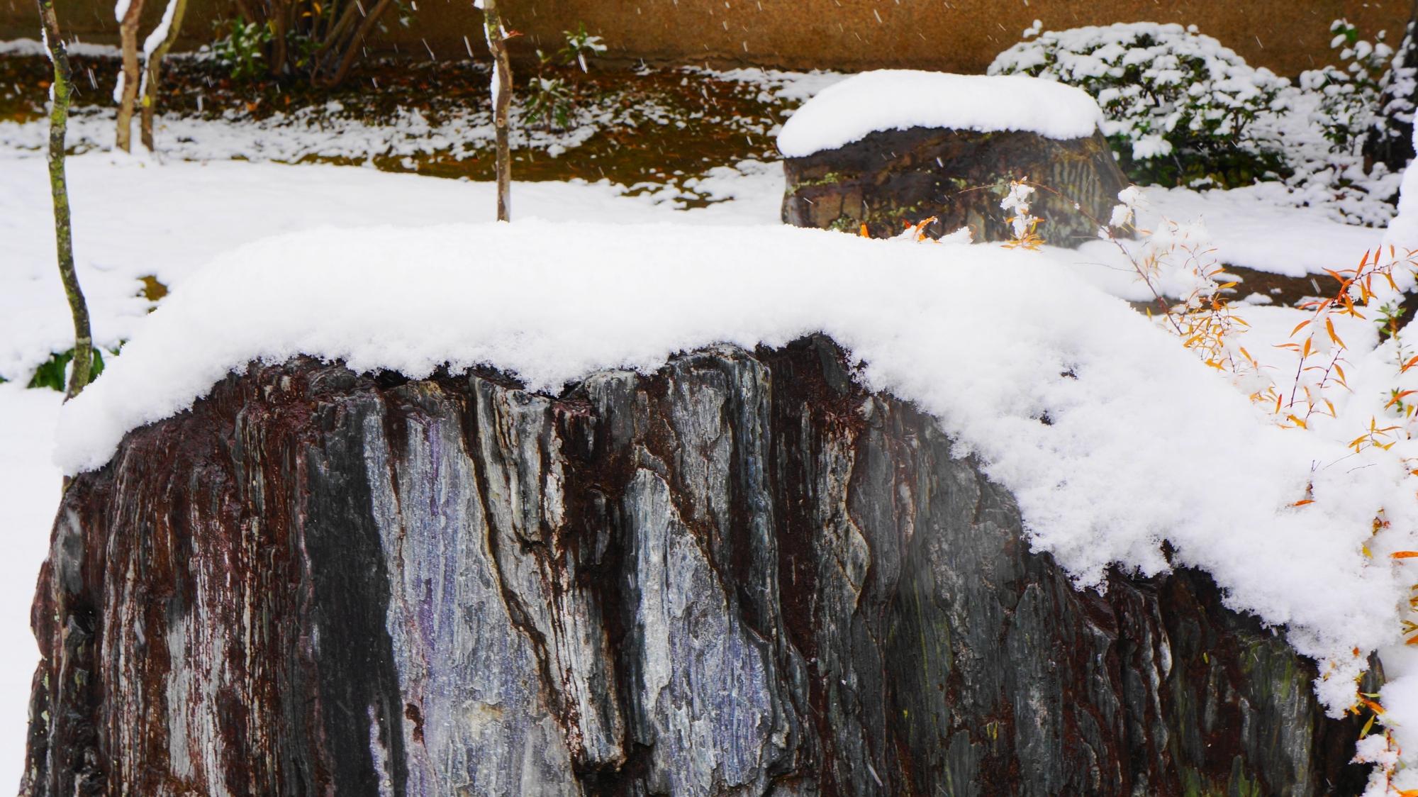 芳春院の雪の積もった大きな岩