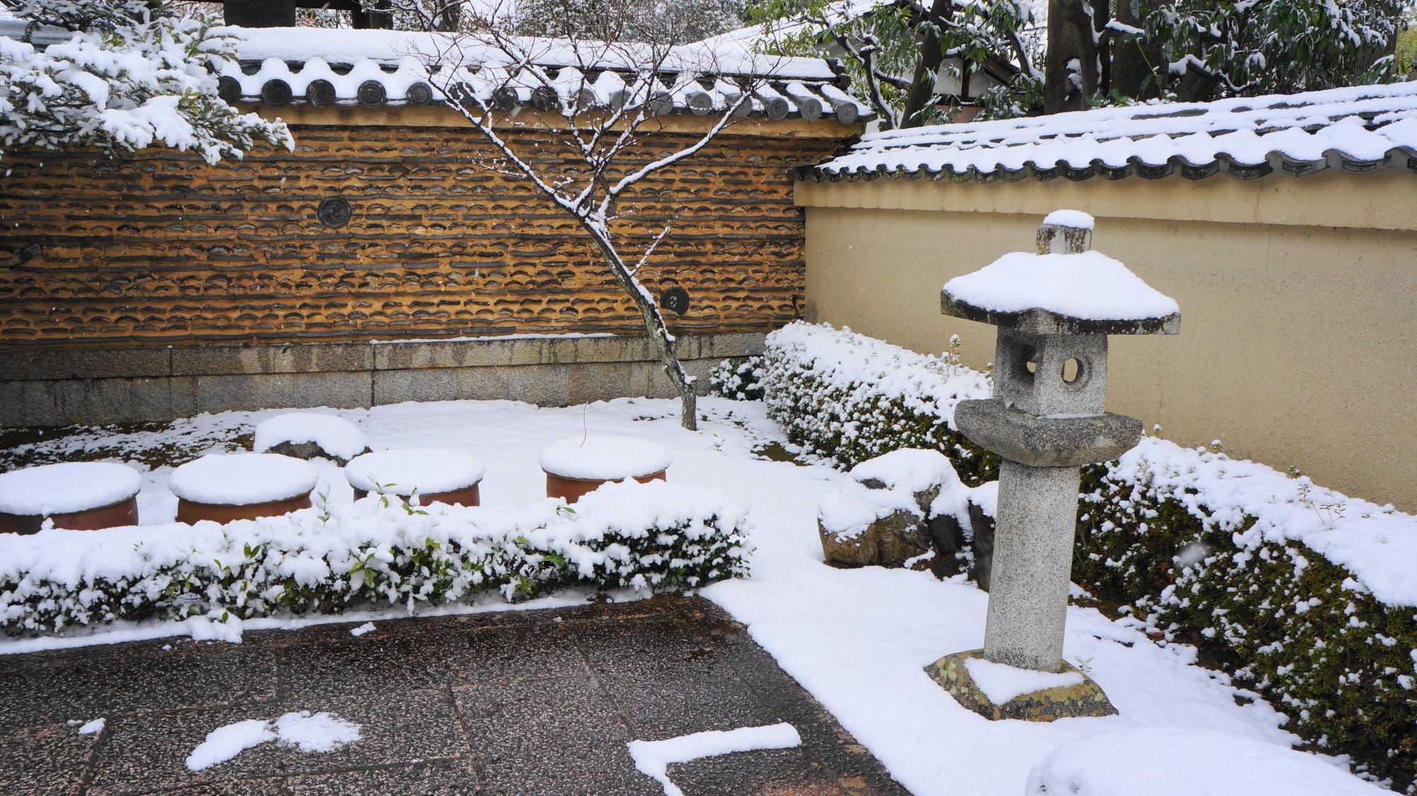 芳春院の蟷螂や土塀などの雪化粧