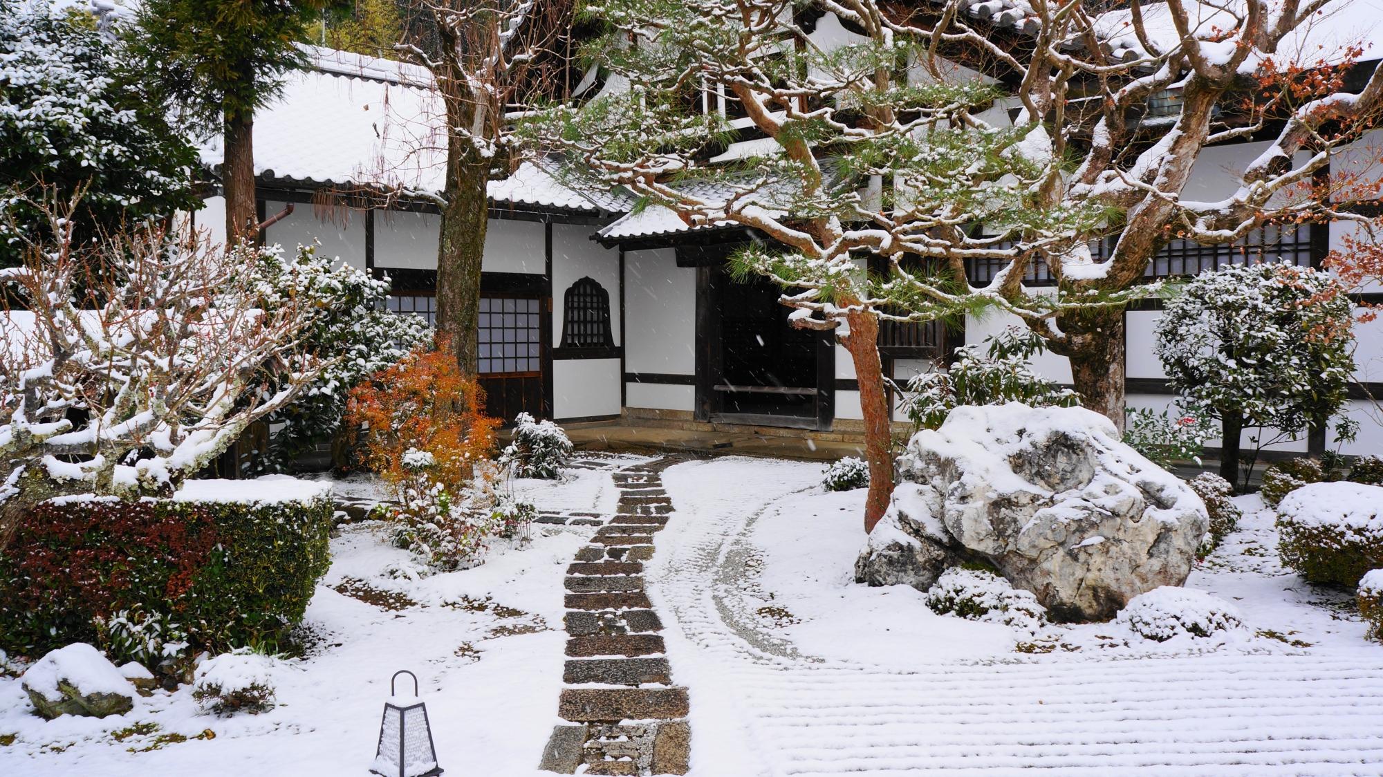 圓光寺の玄関前の雪景色