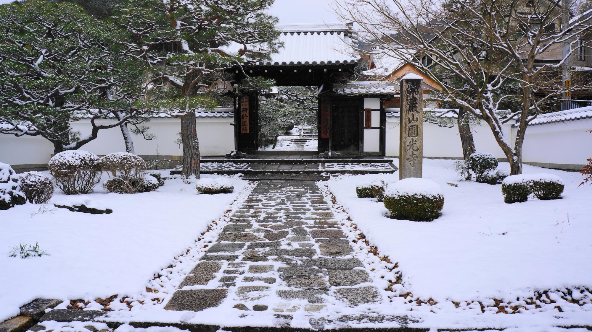 圓光寺の山門の雪景色
