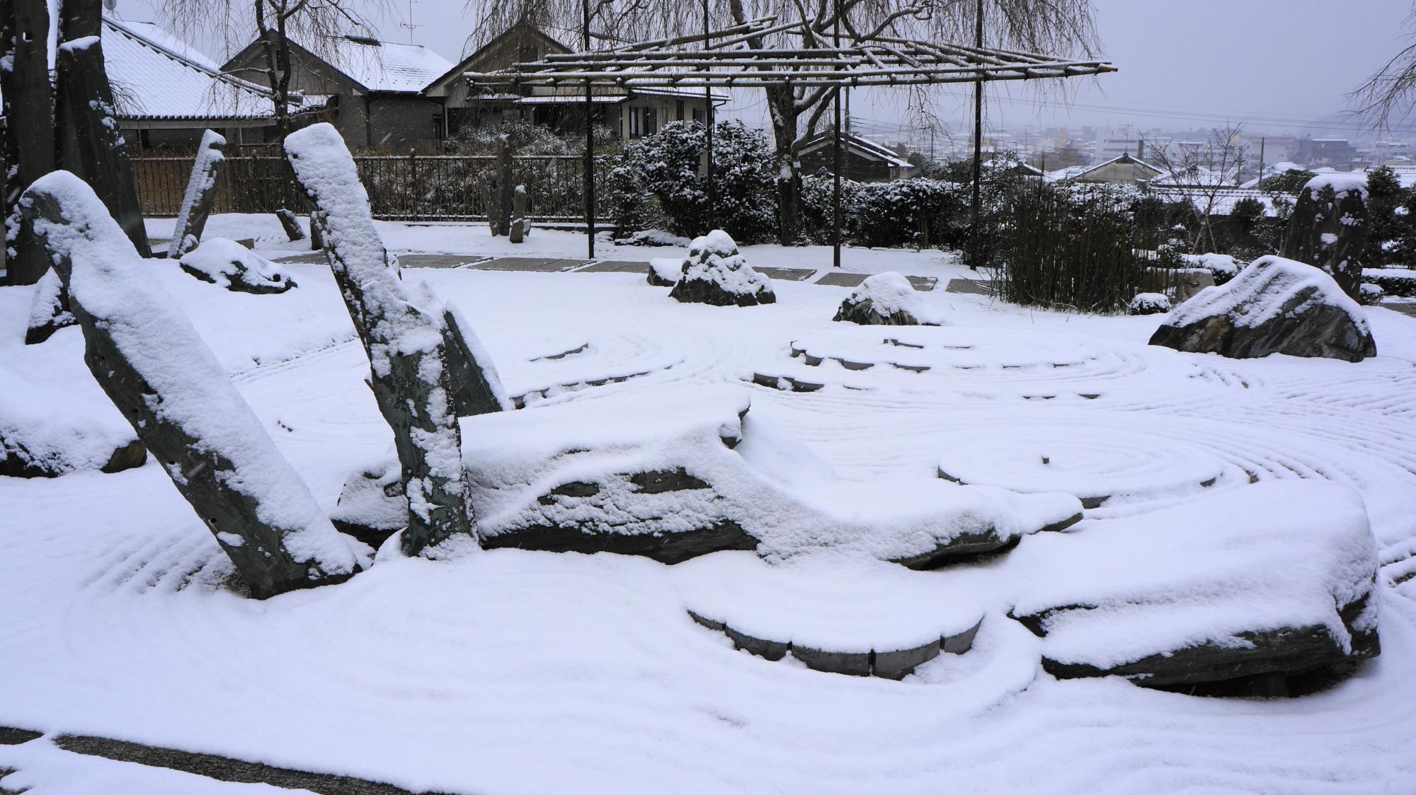 圓光寺の様々な岩や石で龍を象った石庭