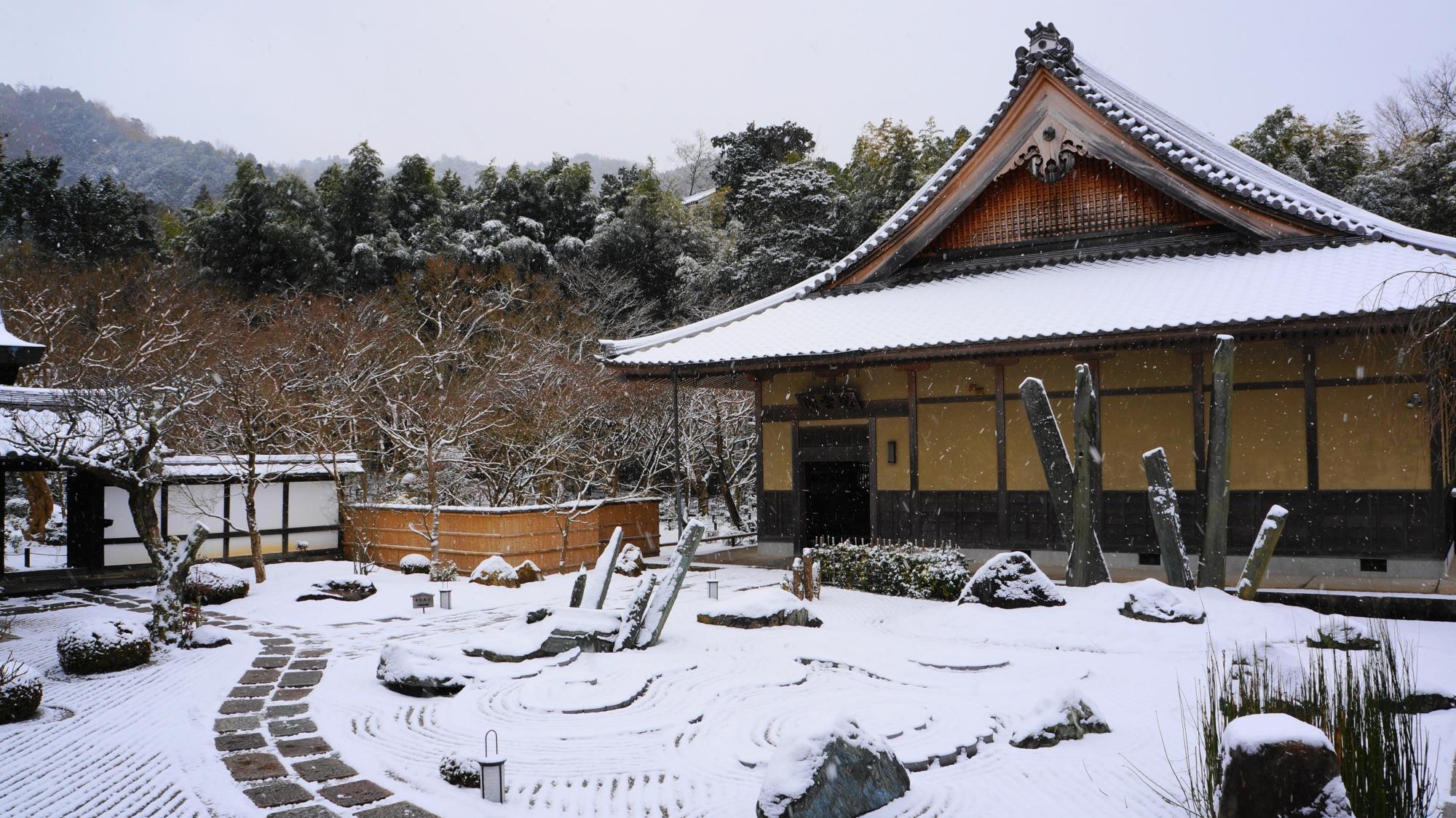 圓光寺の白くそまった雪の奔龍庭と瑞雲閣