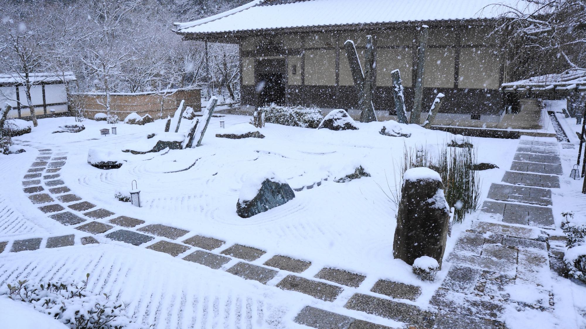 時おり雪が強く降る圓光寺