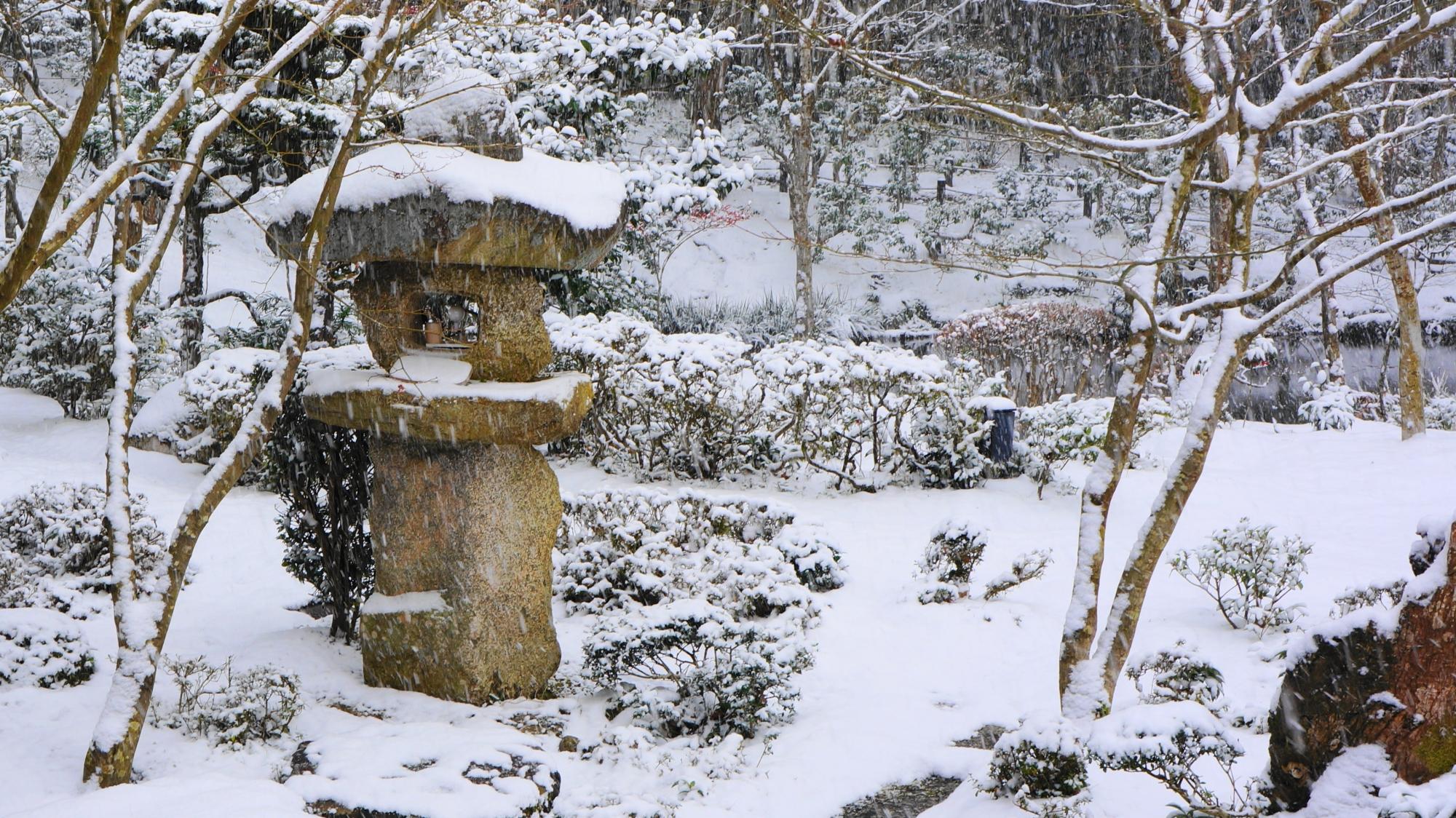 圓光寺の雪をかぶった燈籠