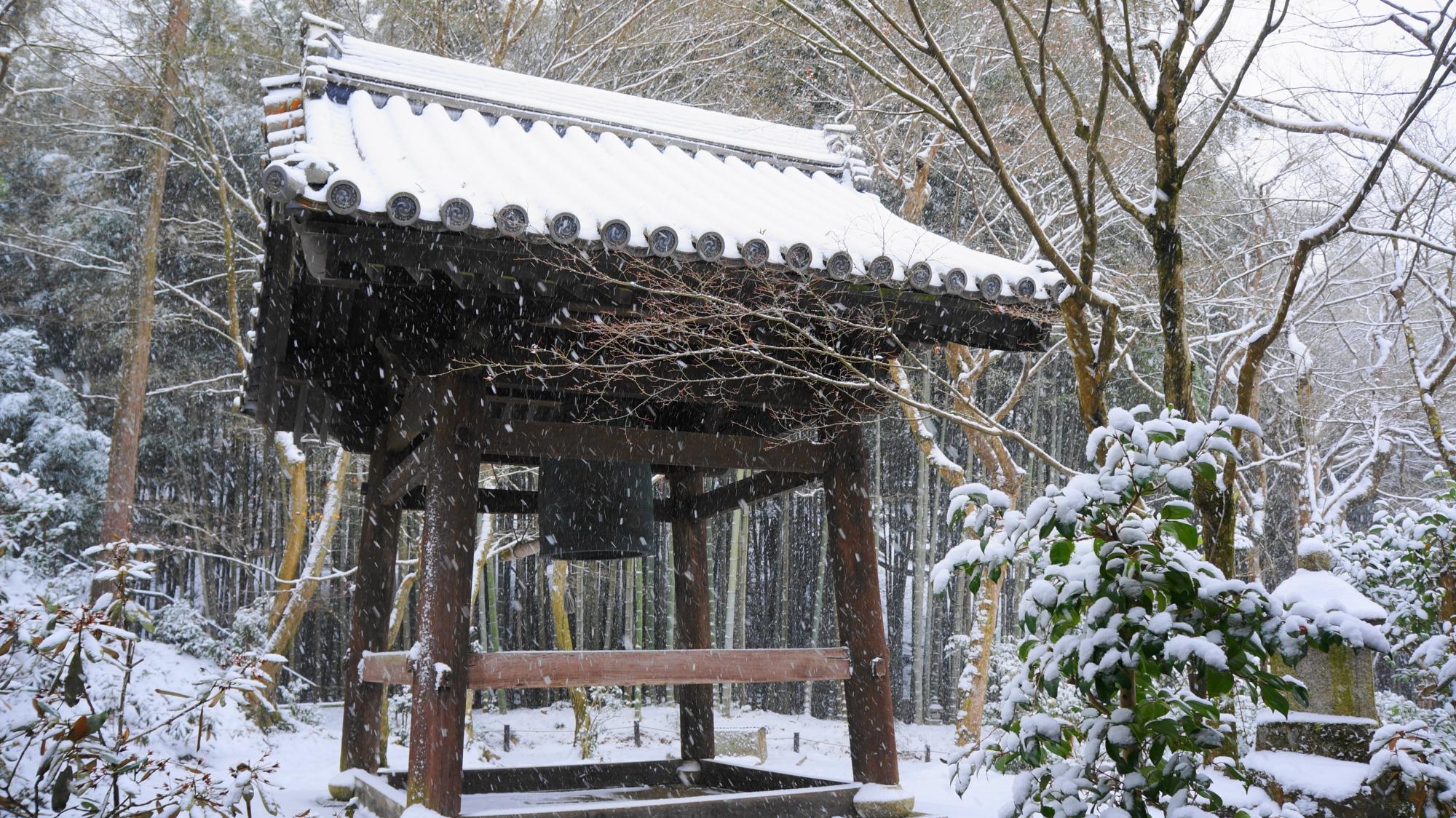 圓光寺の鐘楼の雪景色