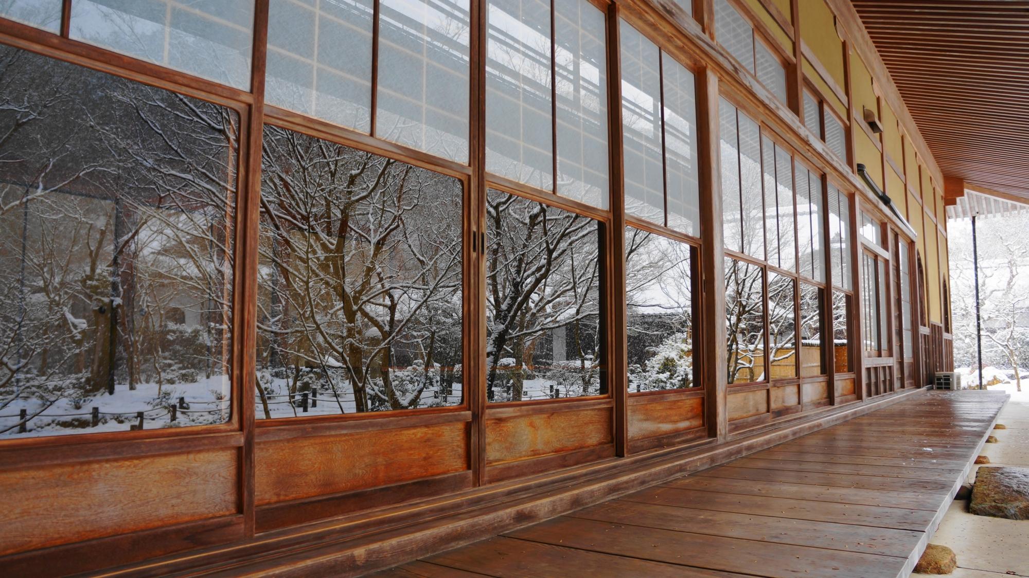 ガラス戸に十牛之庭の雪景色が映る瑞雲閣