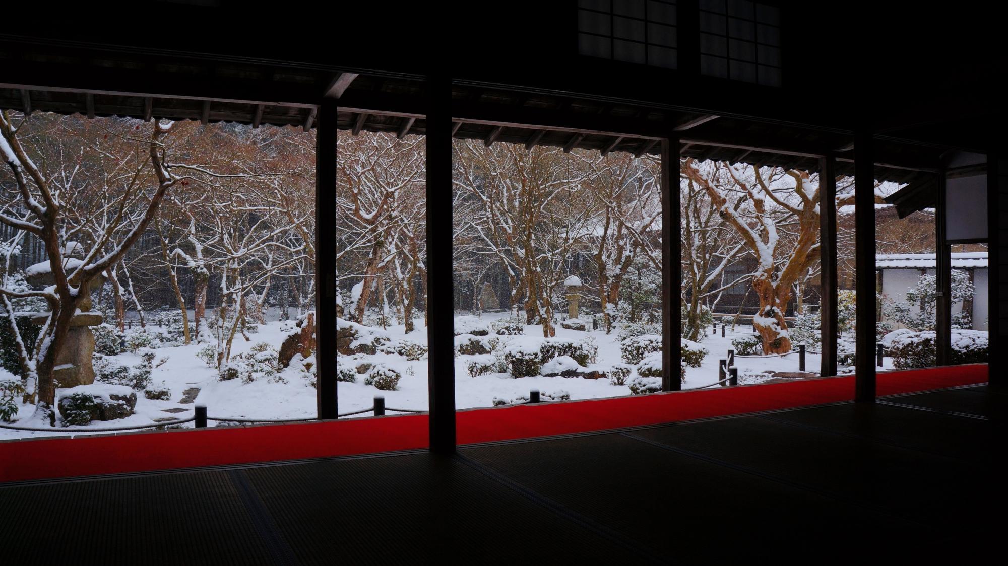 書院から眺めた十牛之庭の雪景色