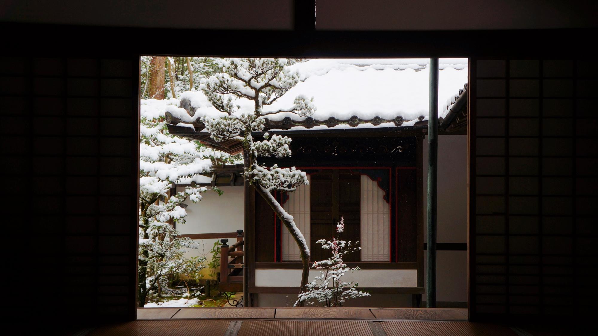 華頭窓の演出する雪景色