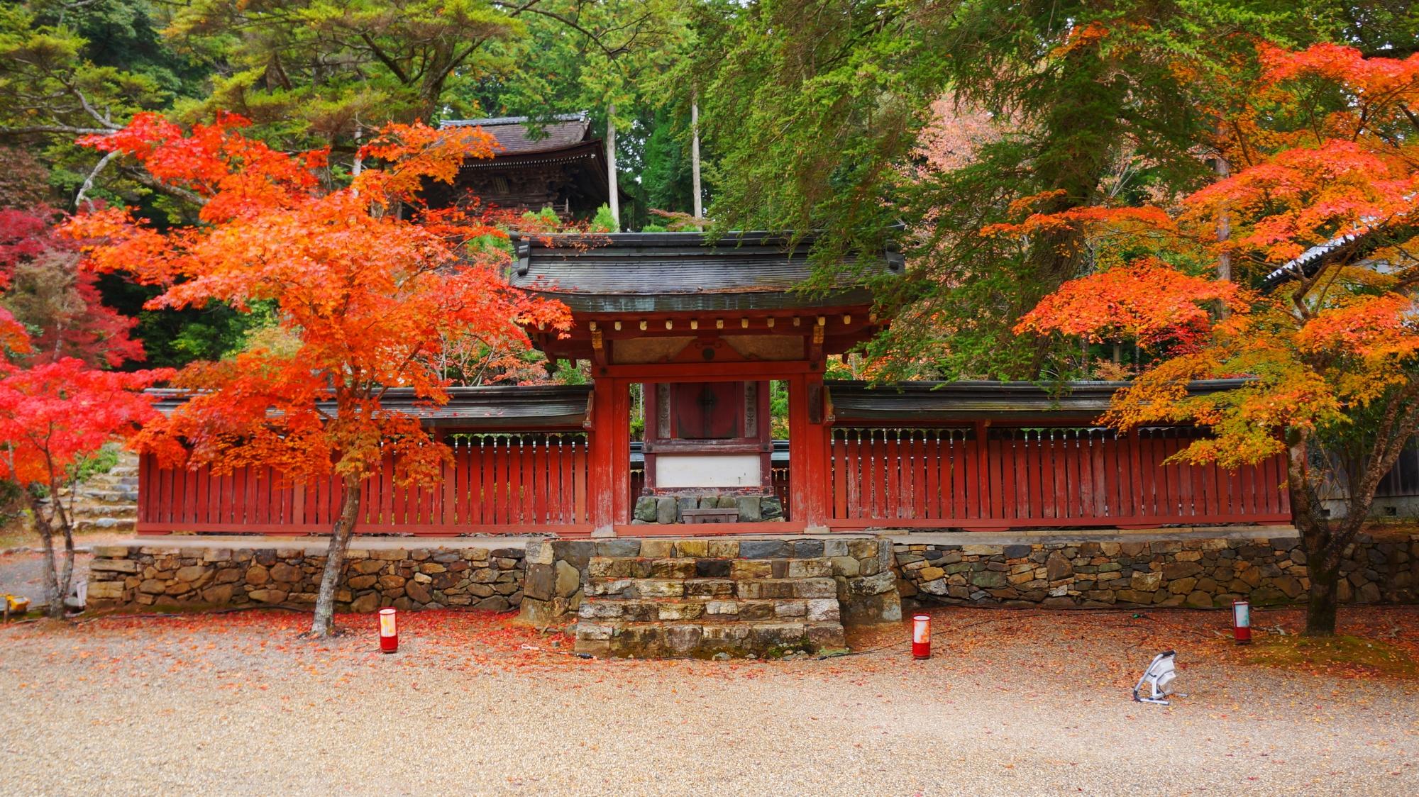 神護寺の和気公霊廟と紅葉