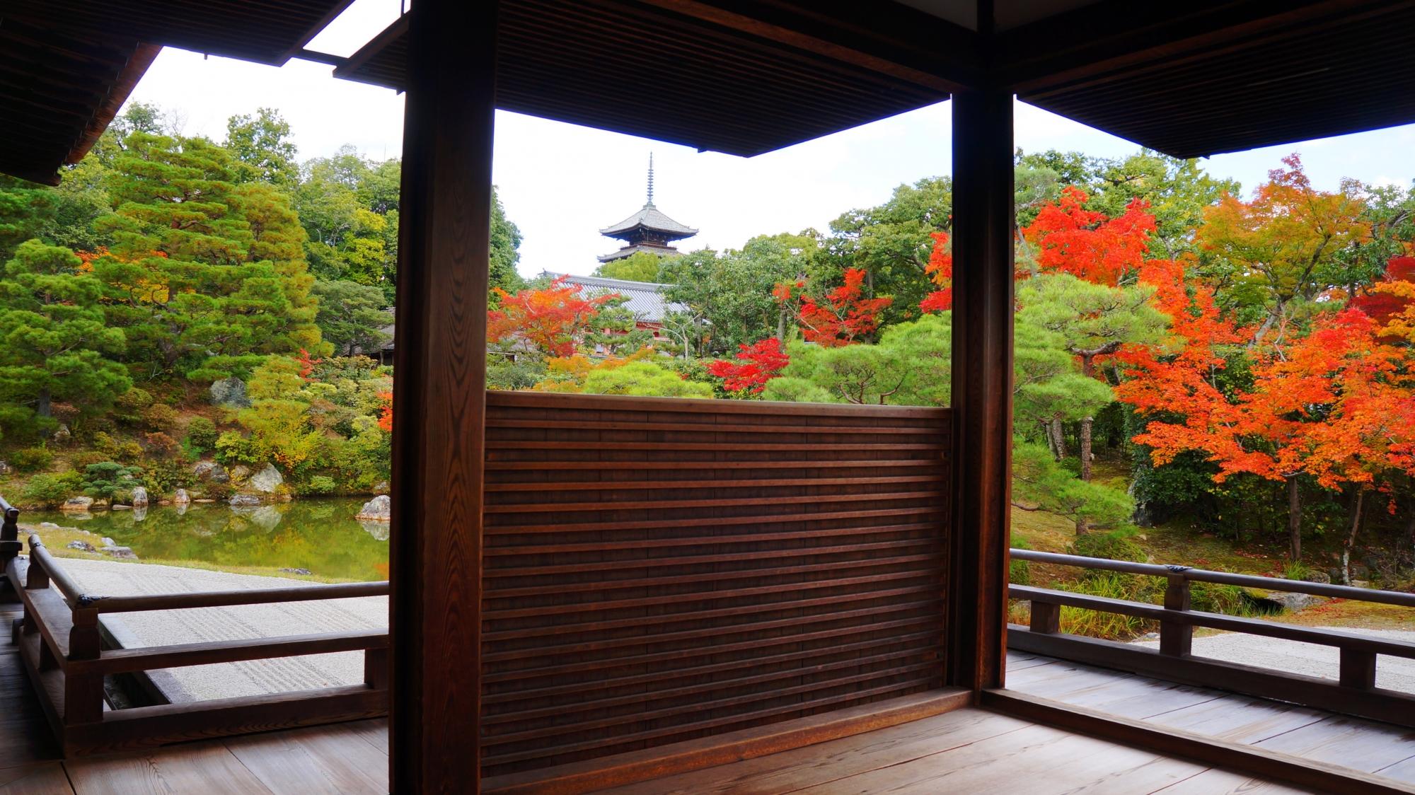 仁和寺独特の柱の間から眺めた五重塔と鮮やかな紅葉