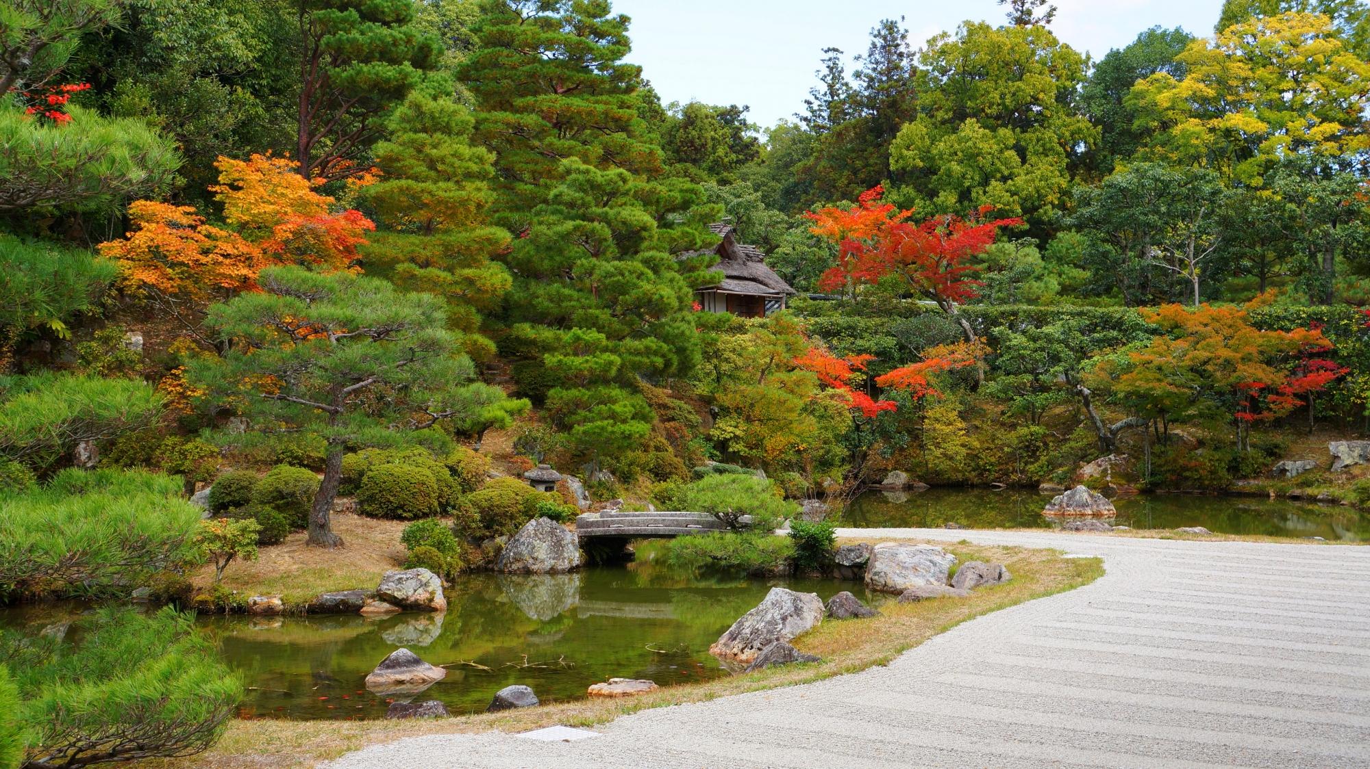 しっかり手入れされた美しい秋の御殿北庭