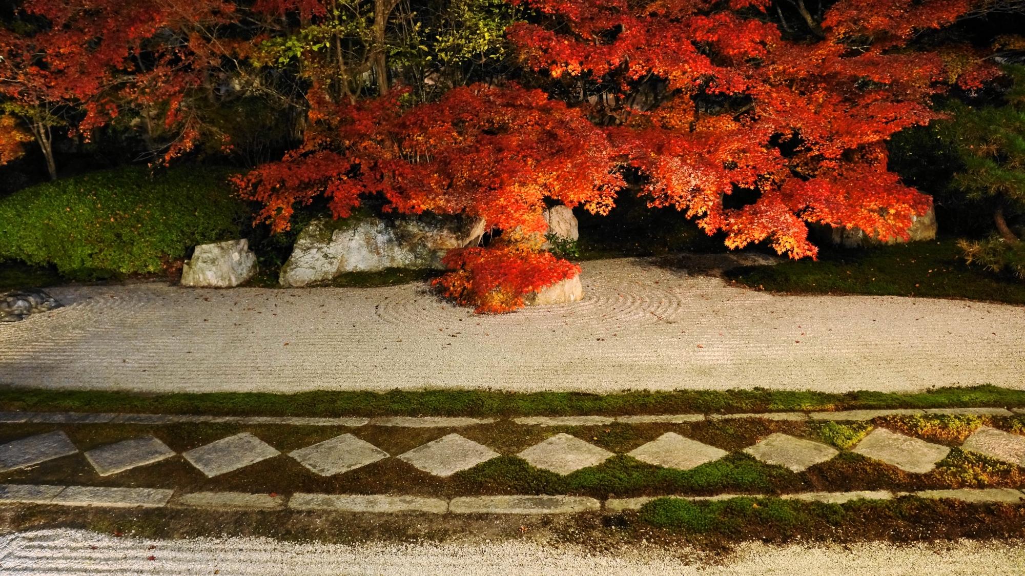 艶やかな紅葉を演出する独特の菱形の飛び石