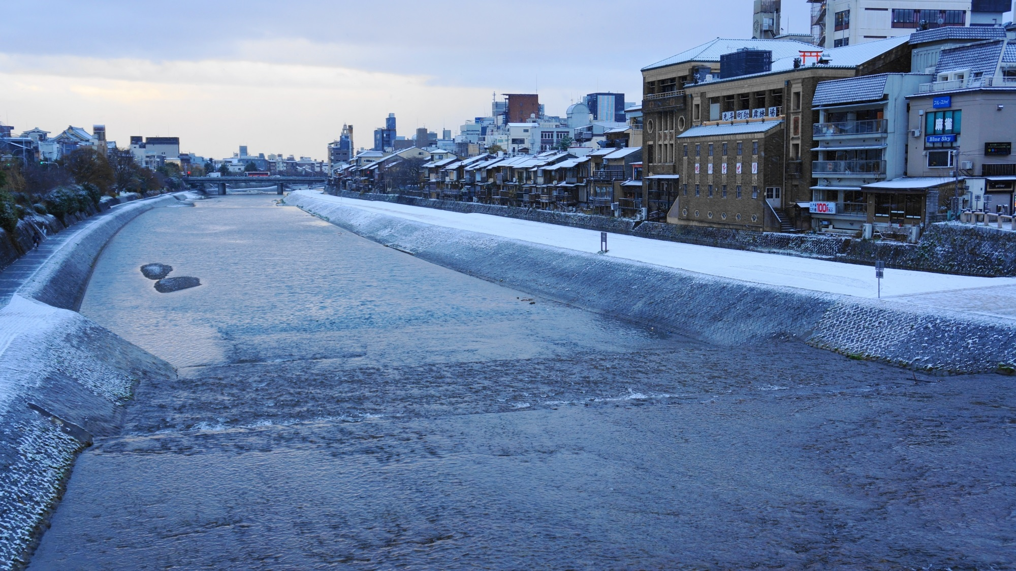 京都鴨川の三条大橋付近の綺麗な雪景色