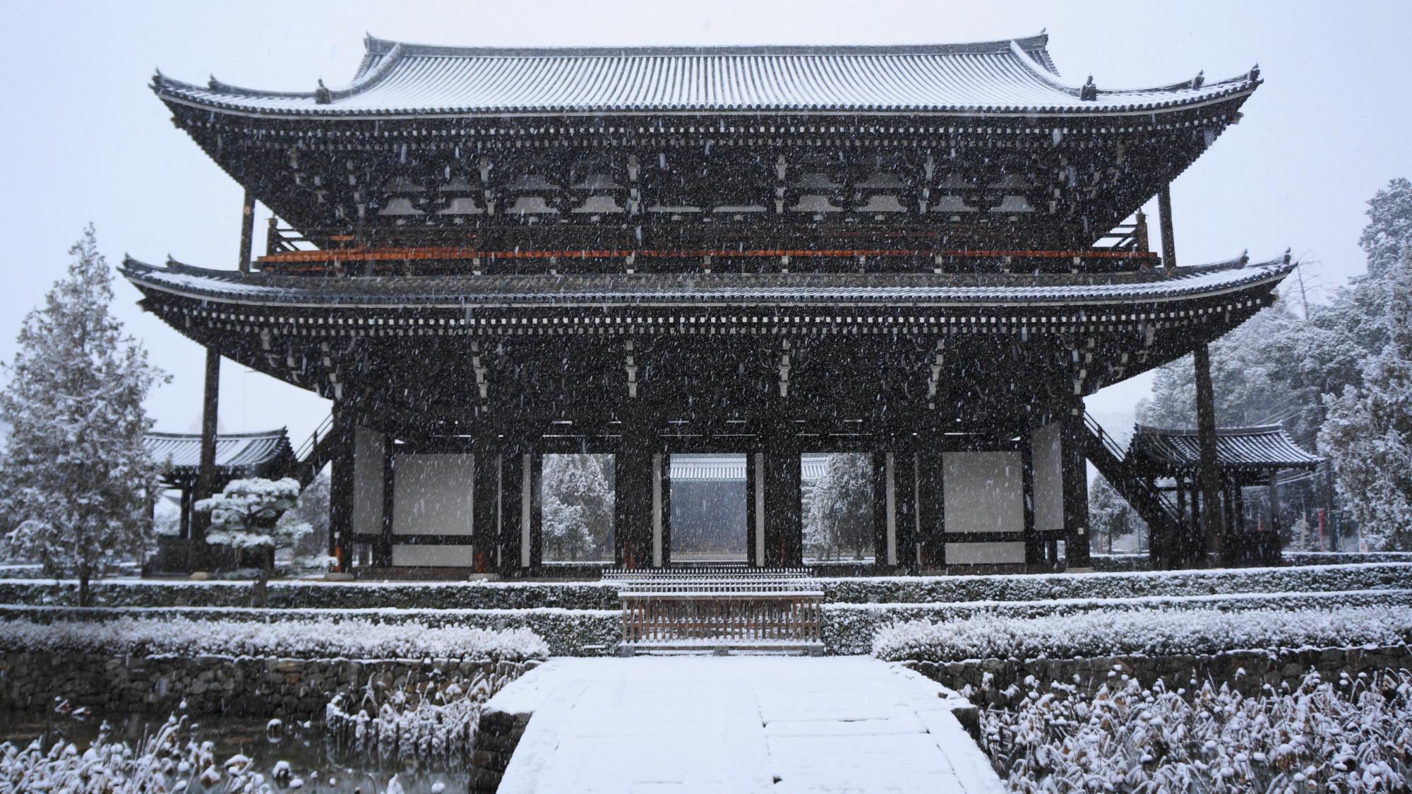 雪の中にそびえる大きな三門