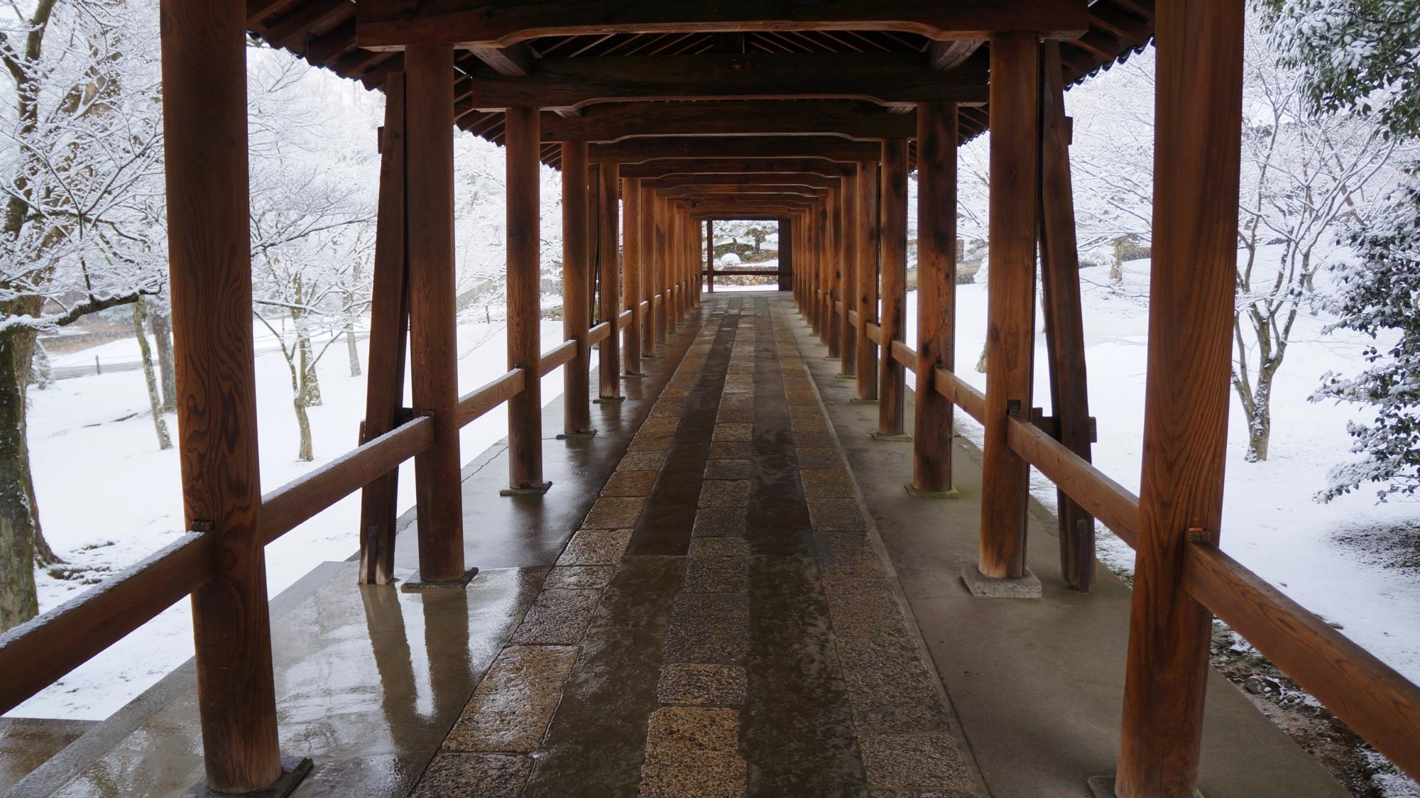 静寂と雪につつまれた長い回廊