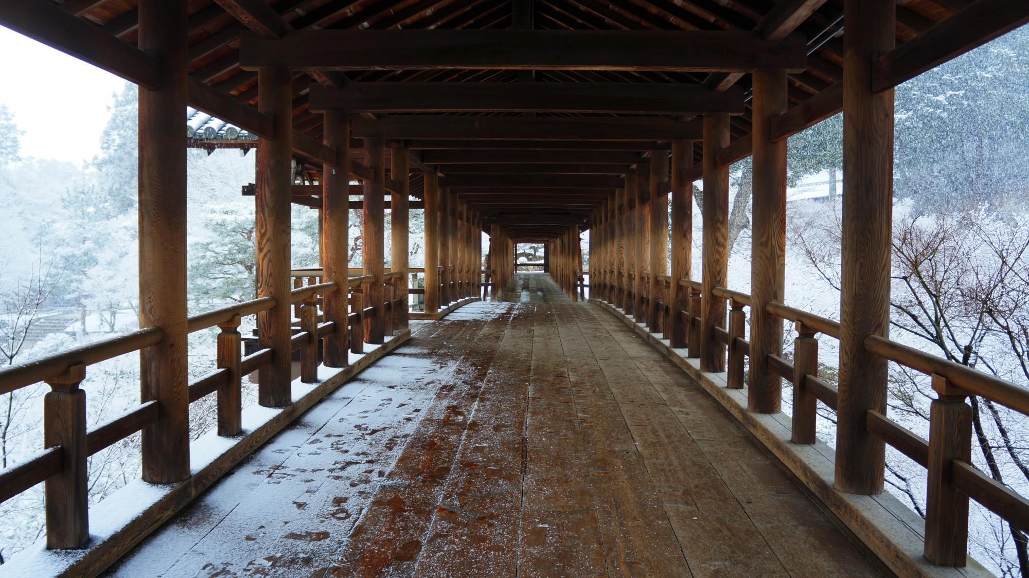 通天橋と回廊の雪景色