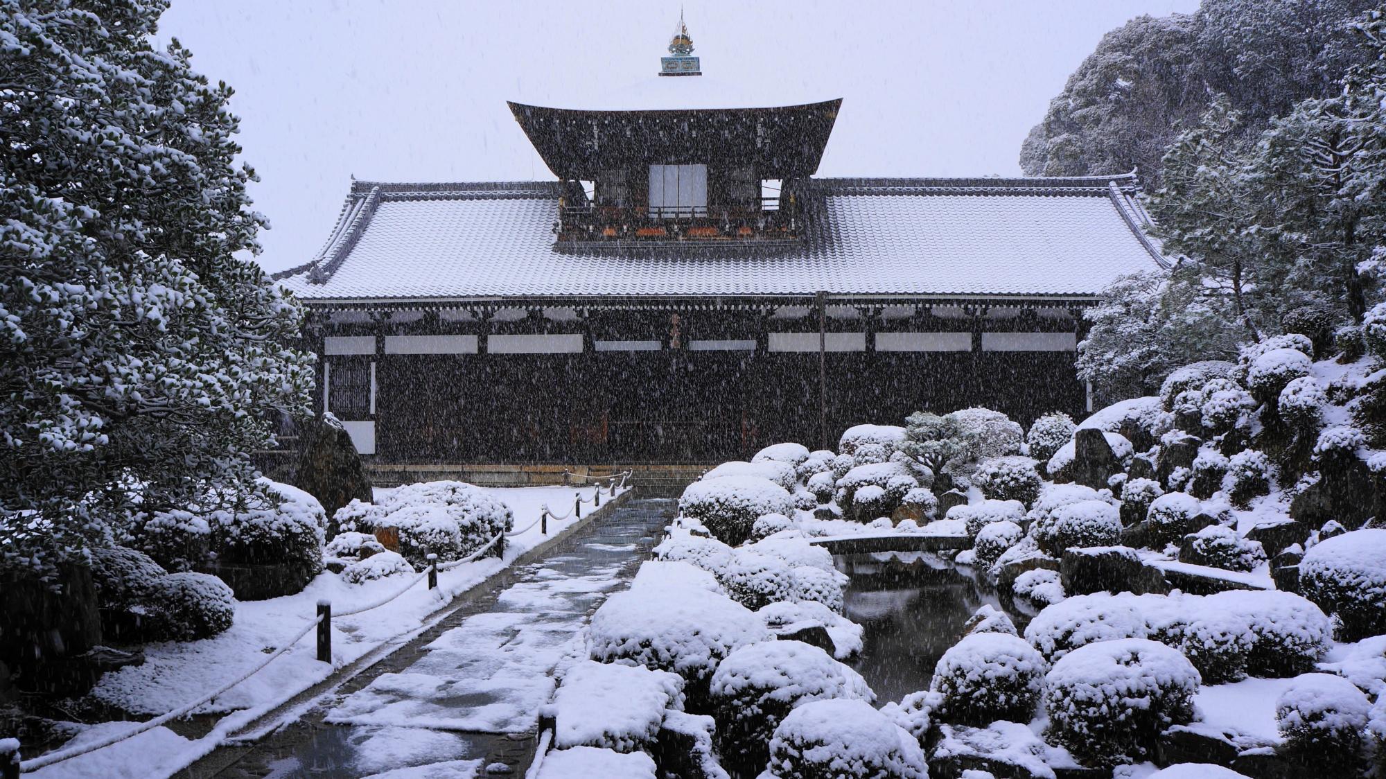 東福寺の開山堂の雪景色
