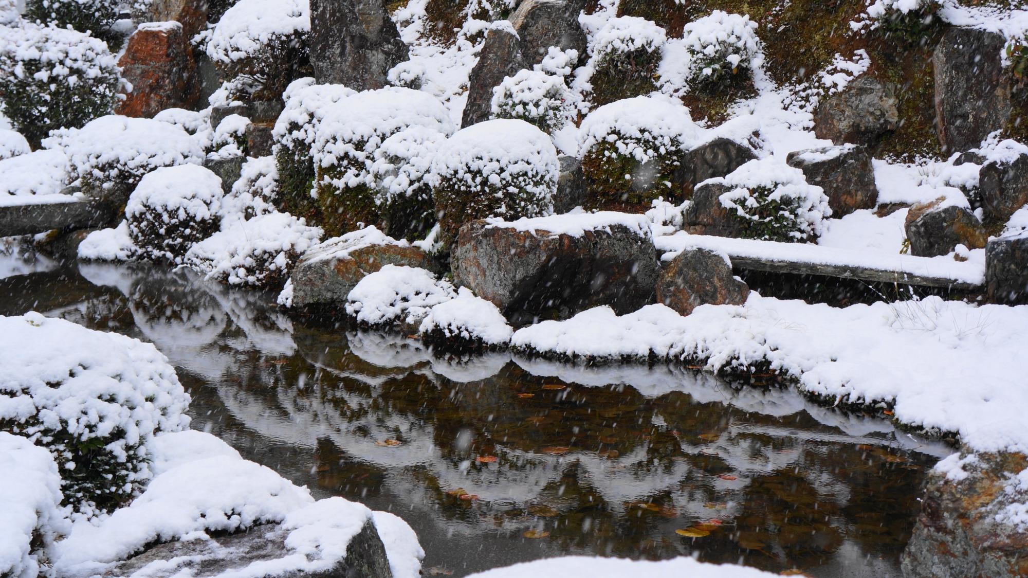 雪景色の小さな美しい水鏡