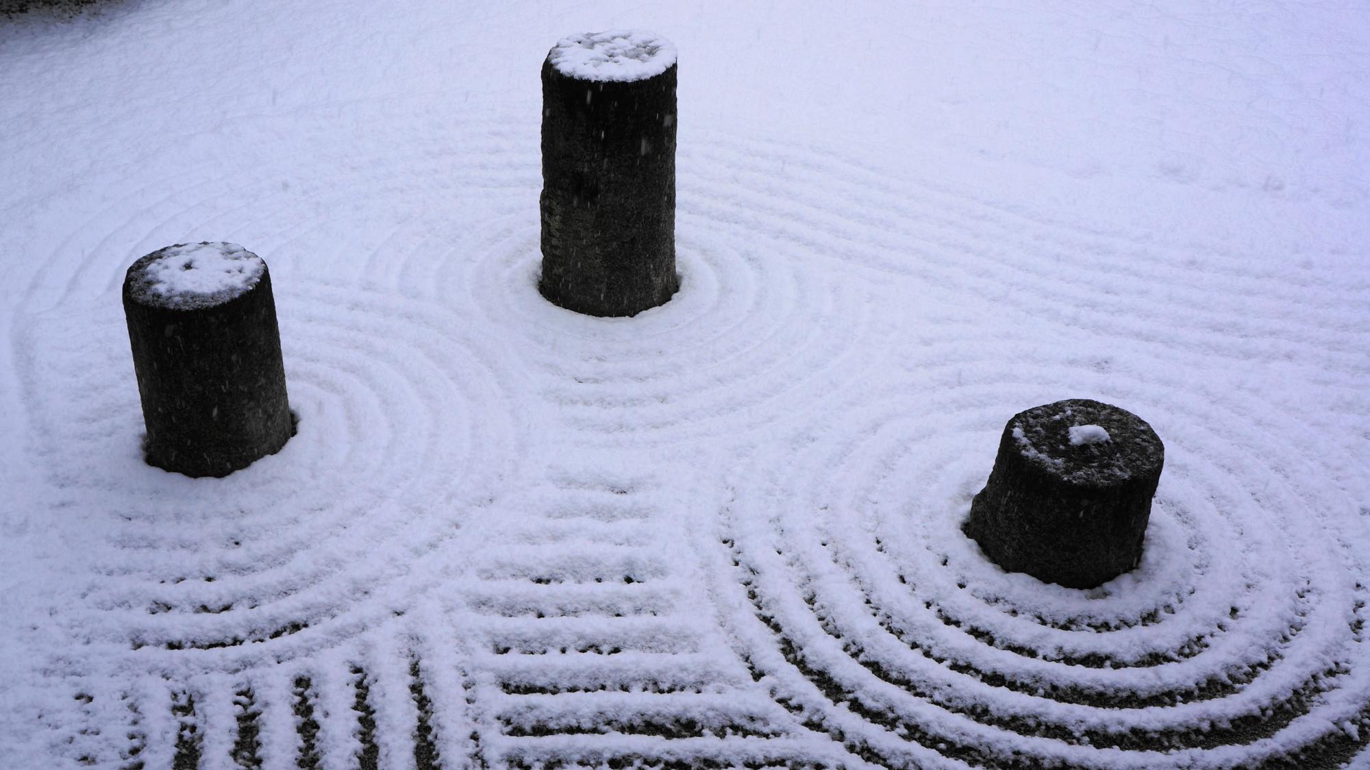 東福寺方丈東庭の円柱の上に積もる雪