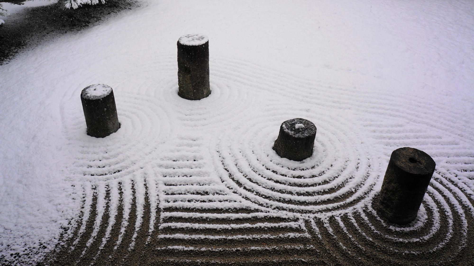 石の円柱で北斗七星が表現された雪の東庭