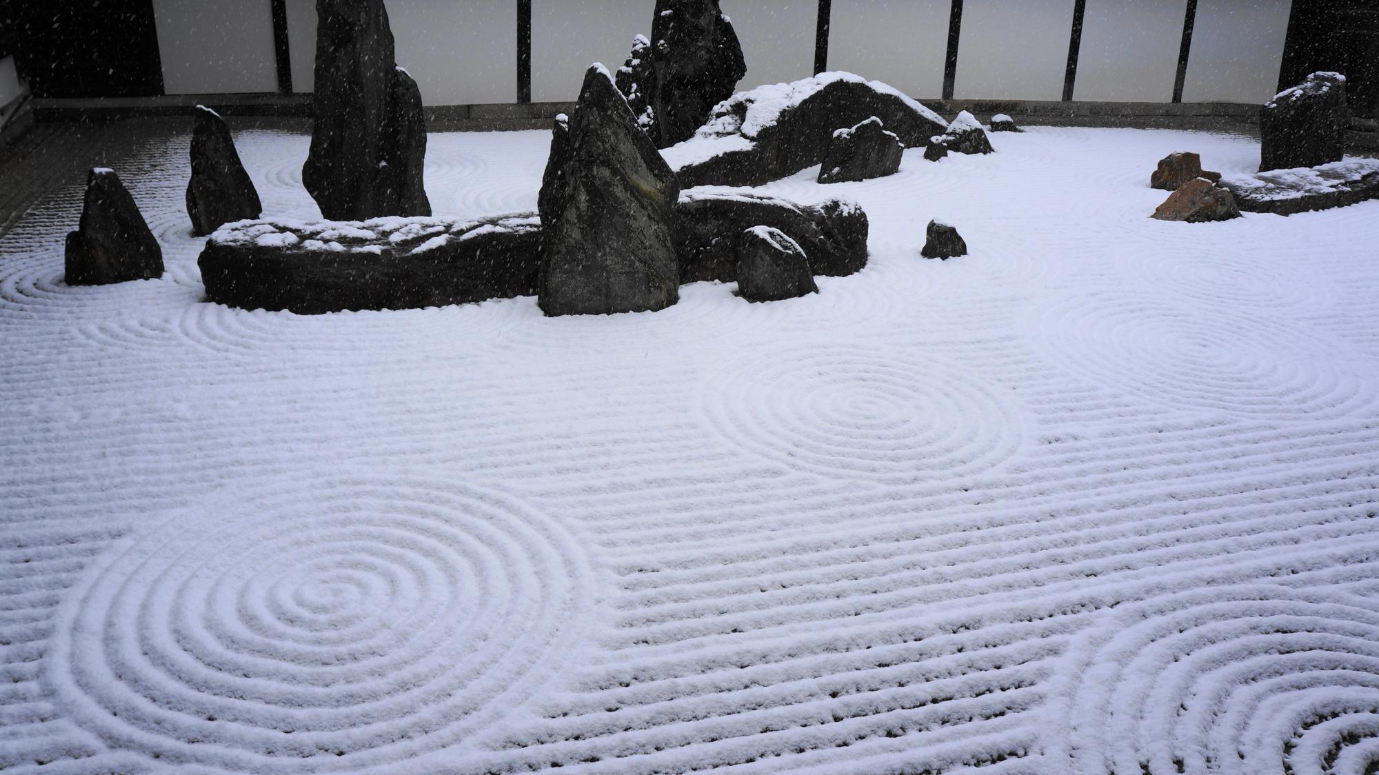 東福寺の力強い巨石や岩が配された雪の南庭