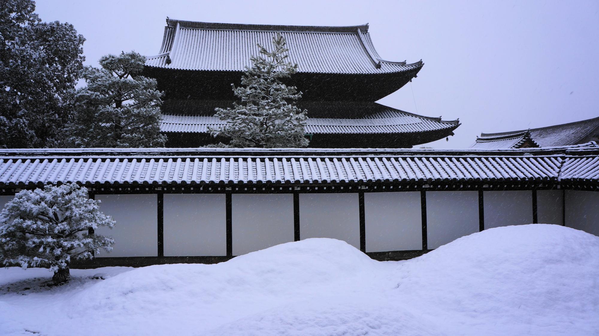 苔の築山も白くそまった雪の方丈南庭
