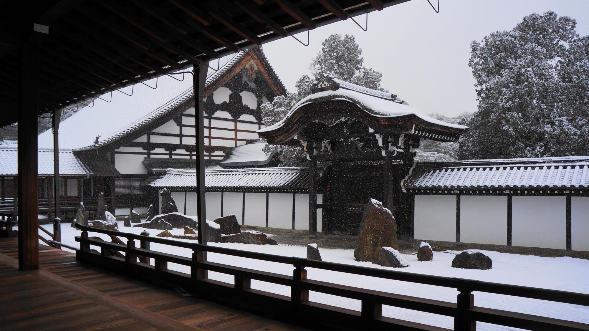 静寂と雪につつまれた絶品の方丈南庭