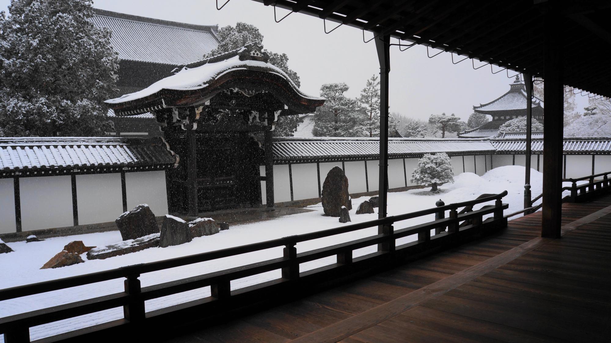 風情と趣きのある雪の方丈南庭