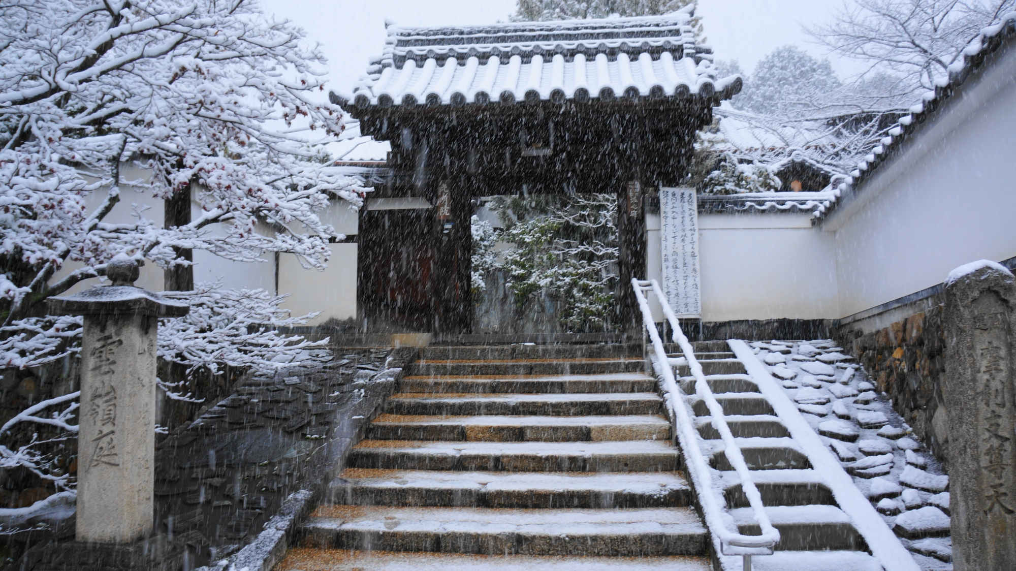 光明院の山門の雪景色