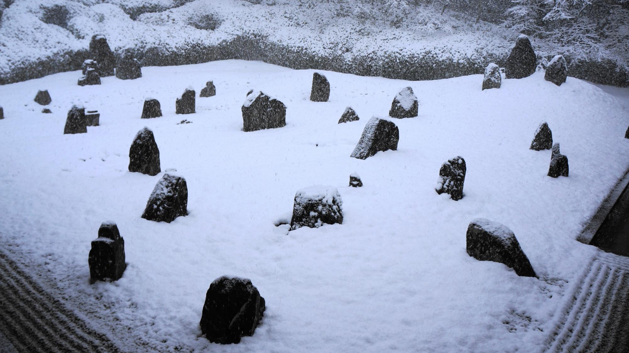 深い雪につつまれた趣きある日本庭園