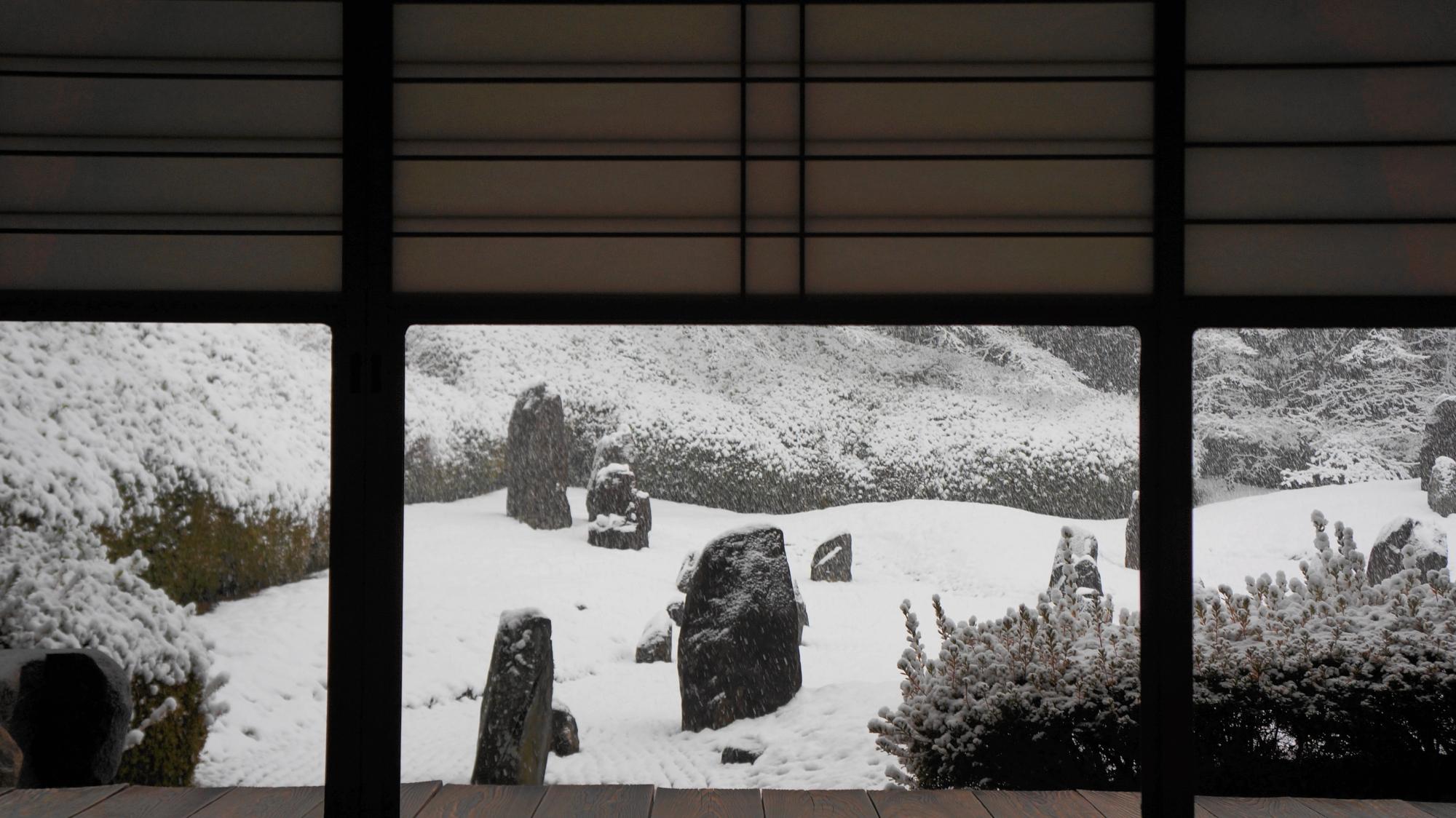 茶室から眺めた波心庭の雪景色