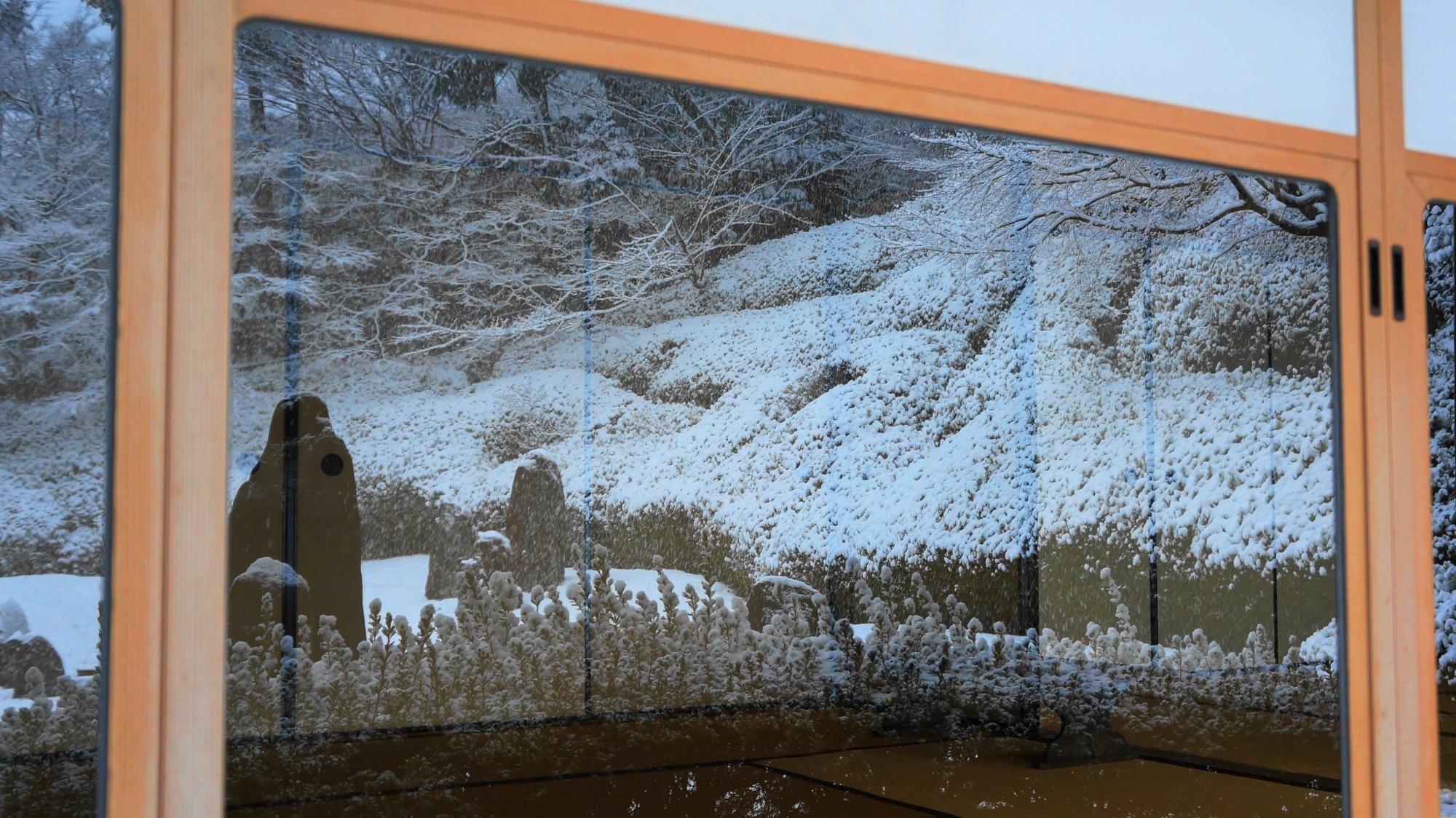 光明院のガラス戸に映る庭園の雪景色