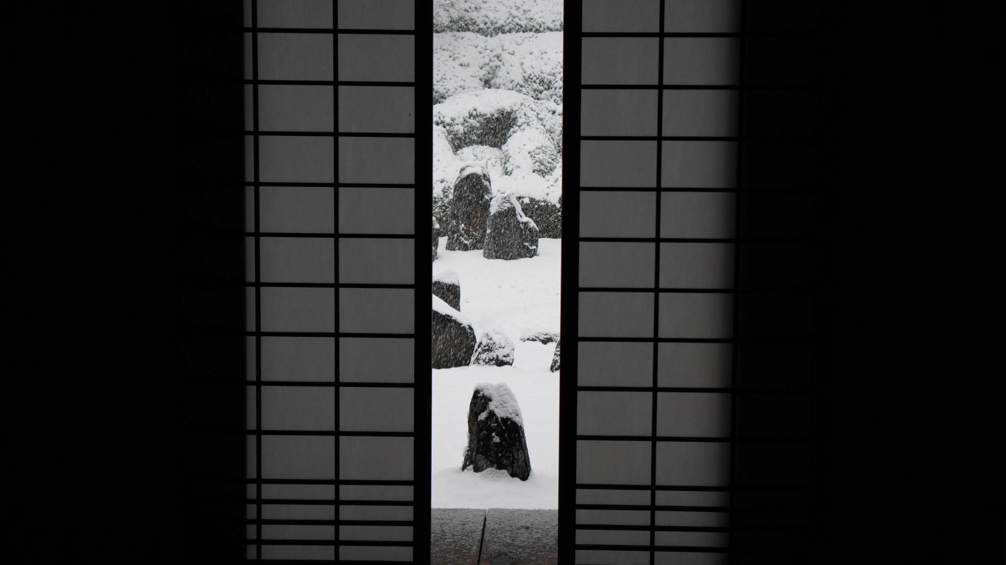 方丈内からの見た雪の波心庭