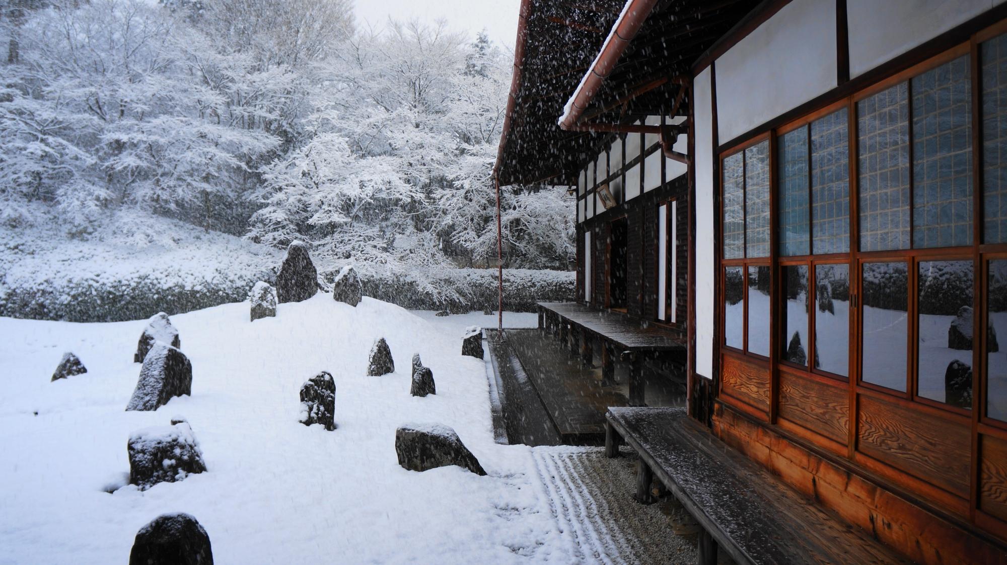 光明院の書院と方丈と庭園の雪景色