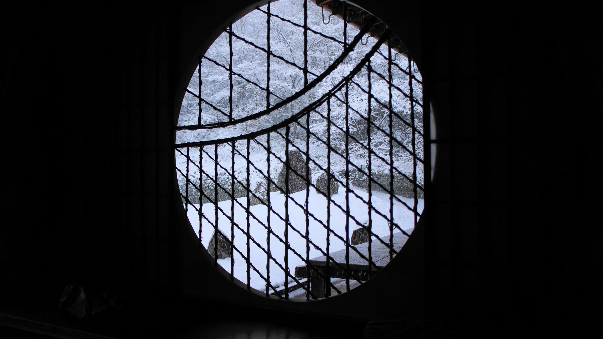 光明院の人気の丸窓から眺めた雪の庭園