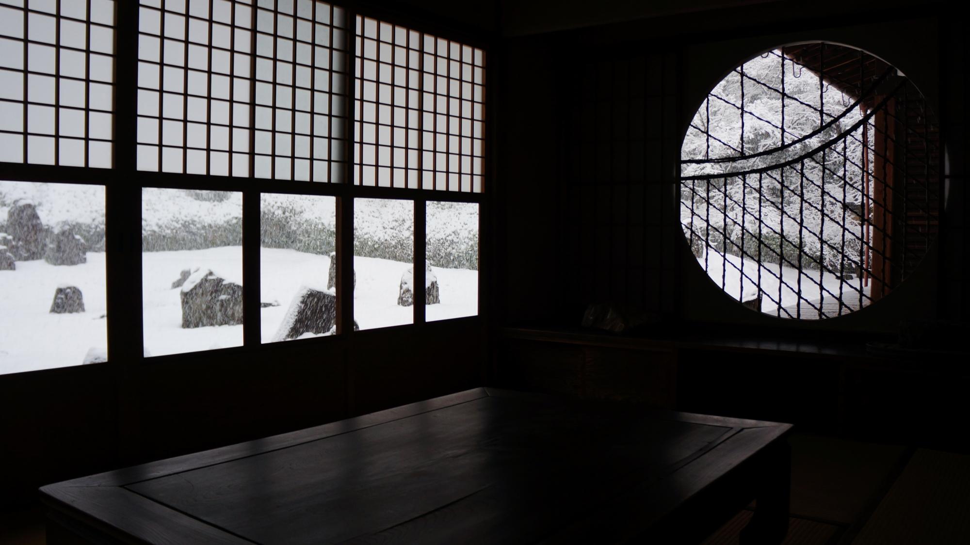書院内からの眺めた波心庭の雪景色