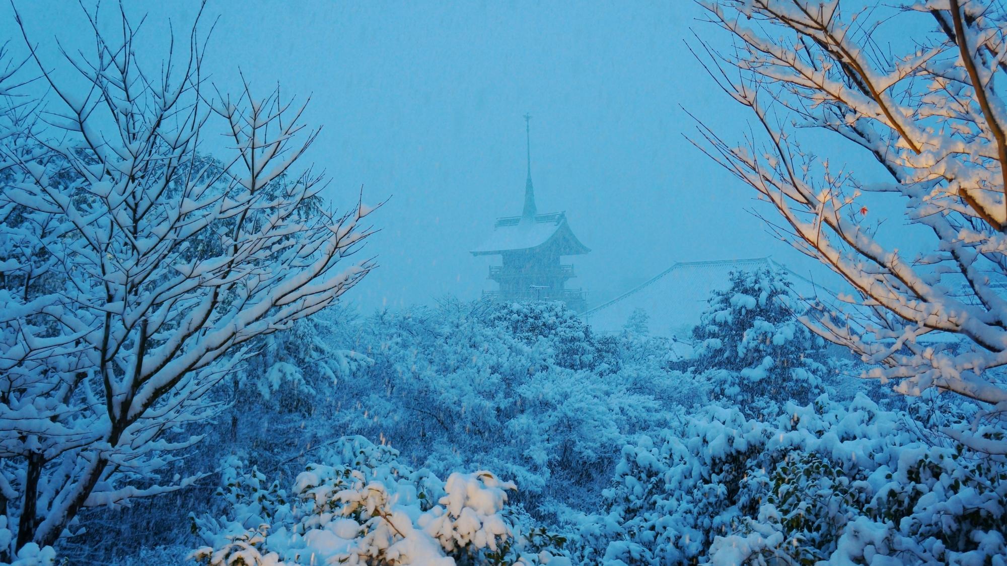 高台寺から眺める雪化粧の祇園閣