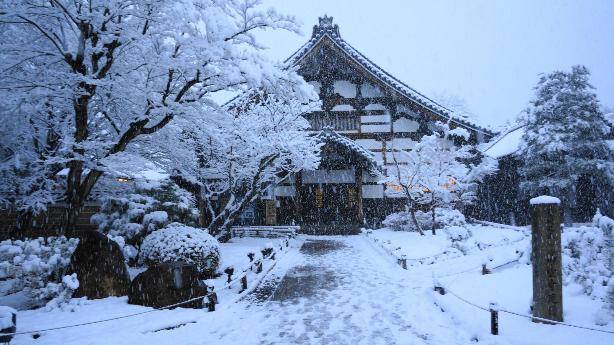 高台寺の庫裡の雪景色