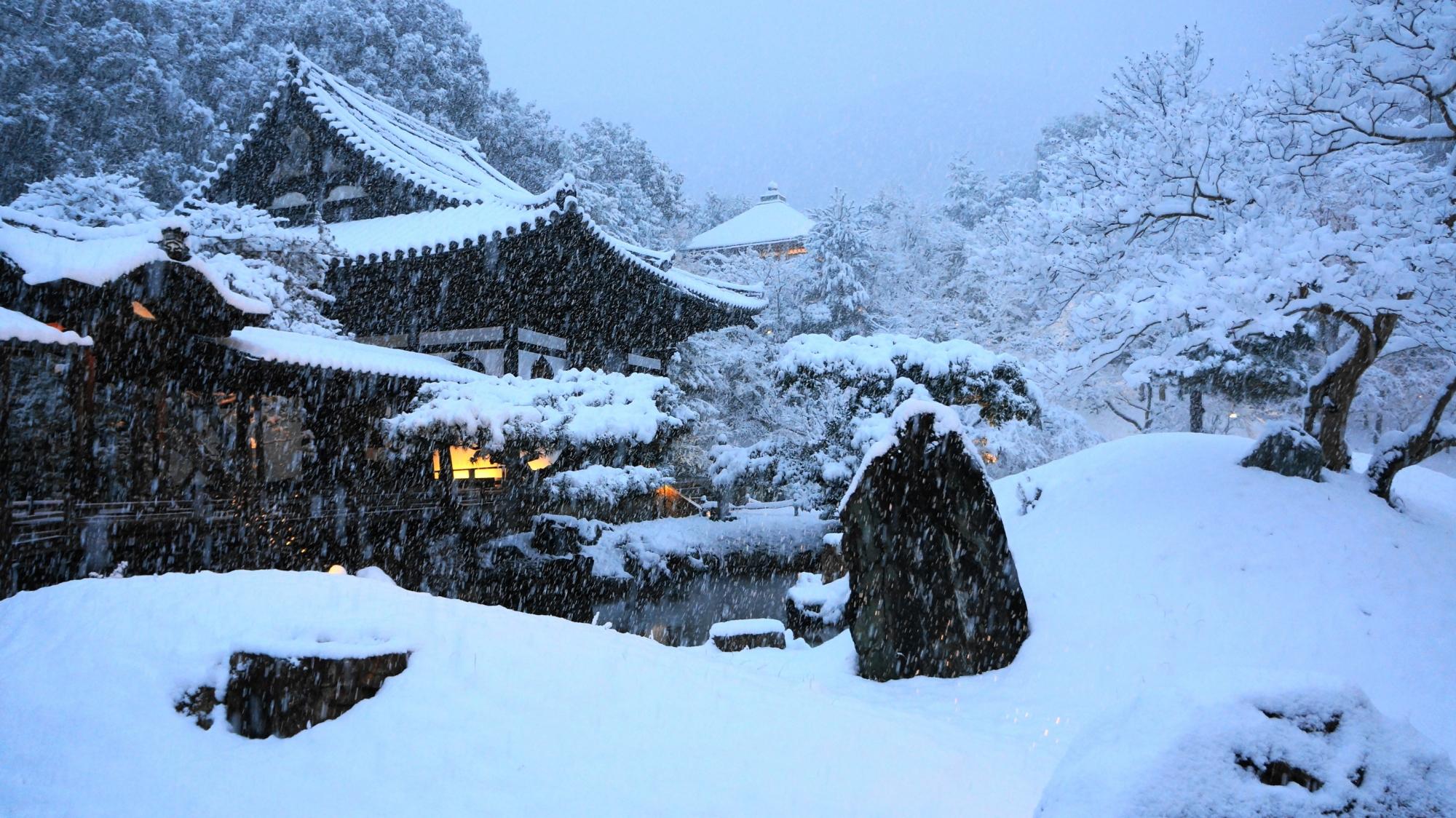 高台寺の白銀の庭園に佇む雪の開山堂