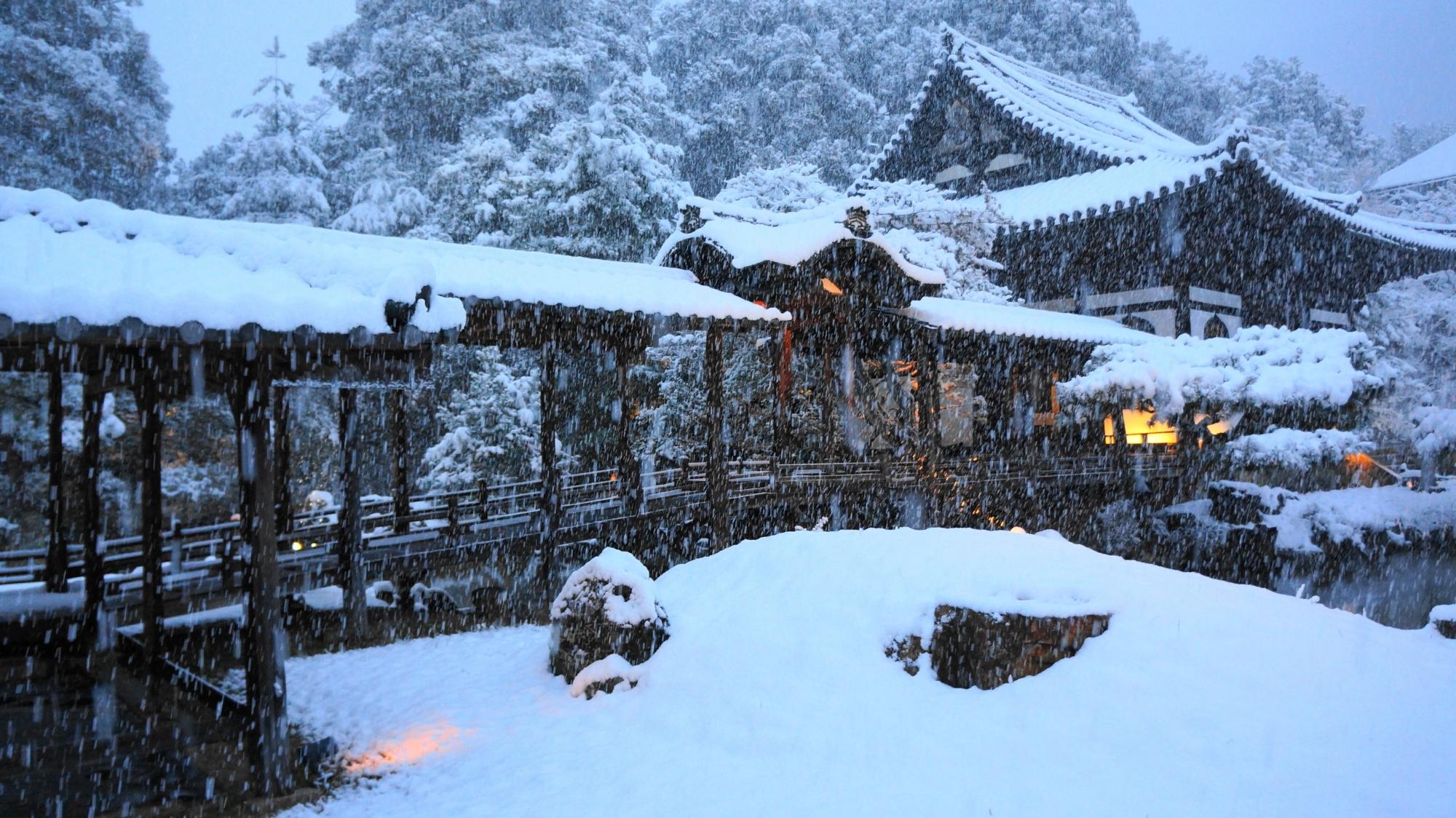 高台寺の観月台と開山堂の雪景色