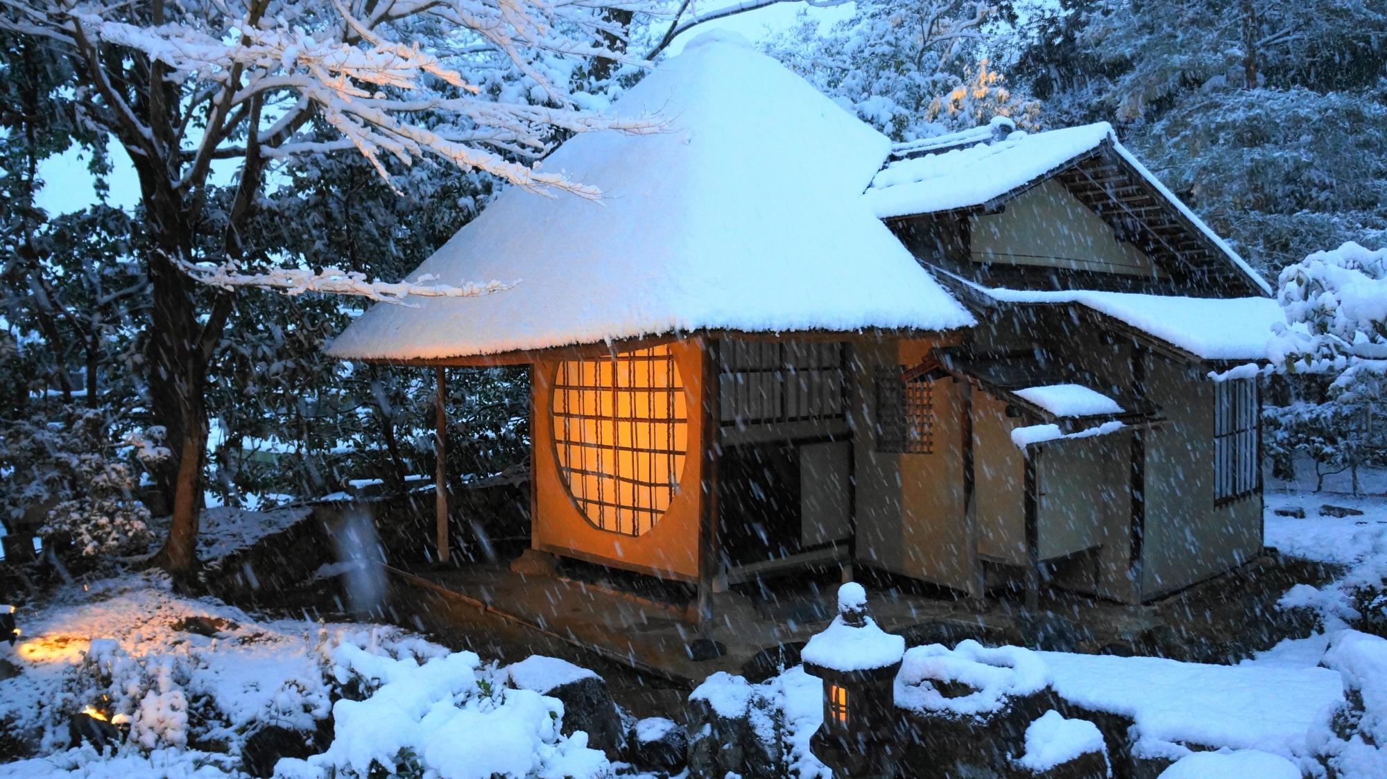 ほのかに明りが灯る風情ある雪景色
