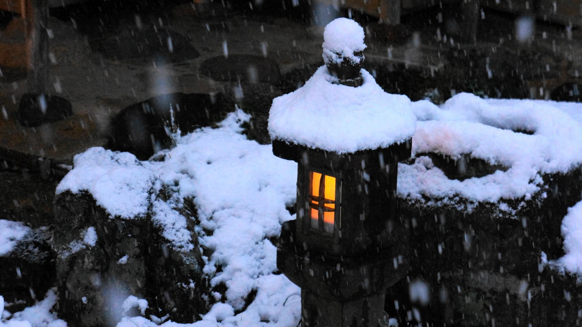 雪に埋もれそうな高台寺の小さな蟷螂