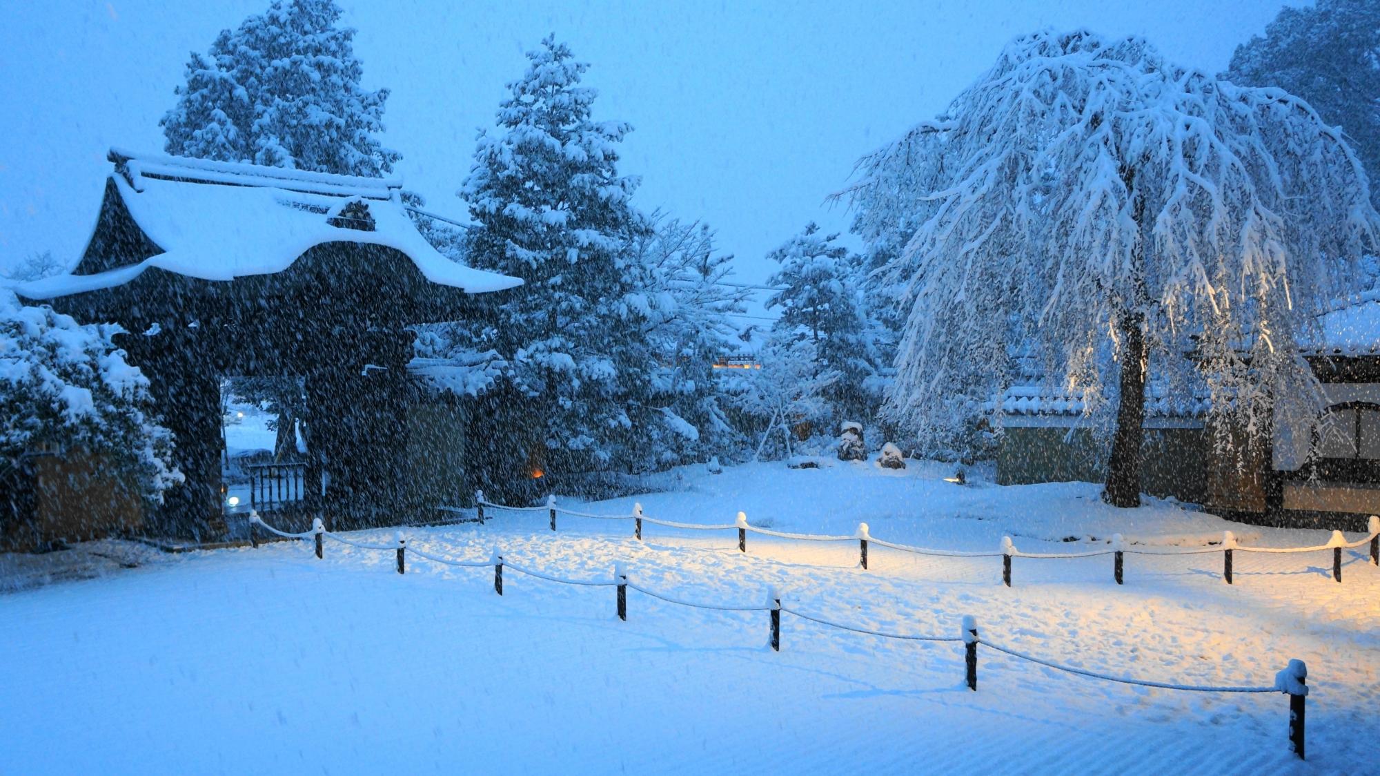 高台寺の方丈庭園の雪景色