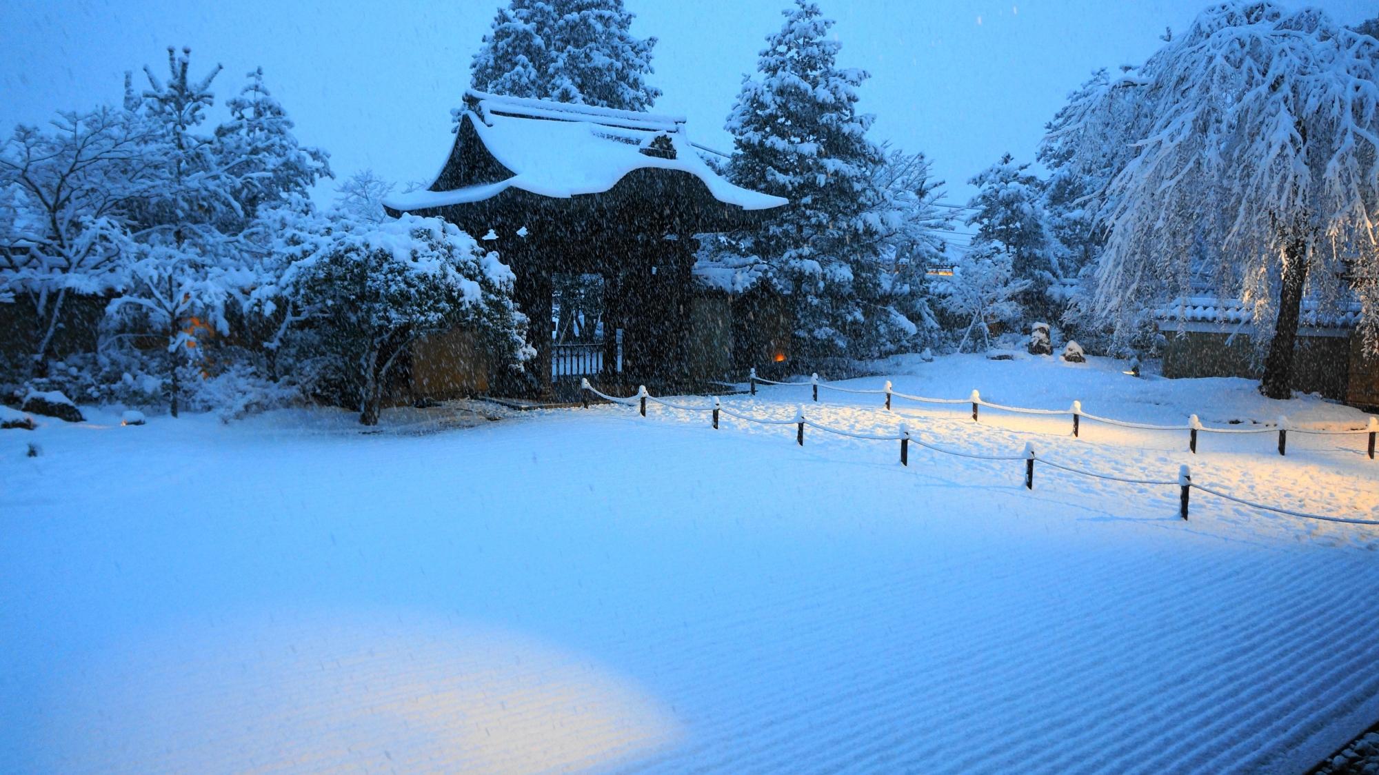 一面真っ白な雪につつまれた方丈庭園の冬景色