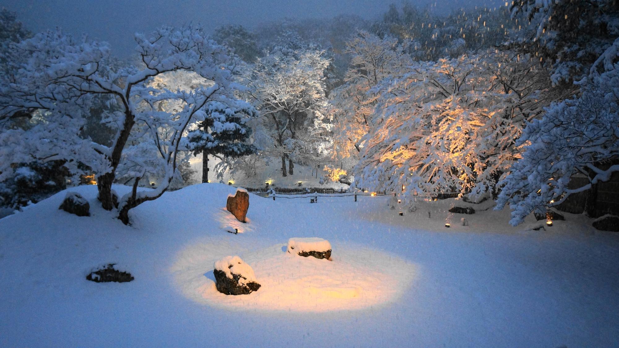 高台寺の息をのむ銀世界の庭園