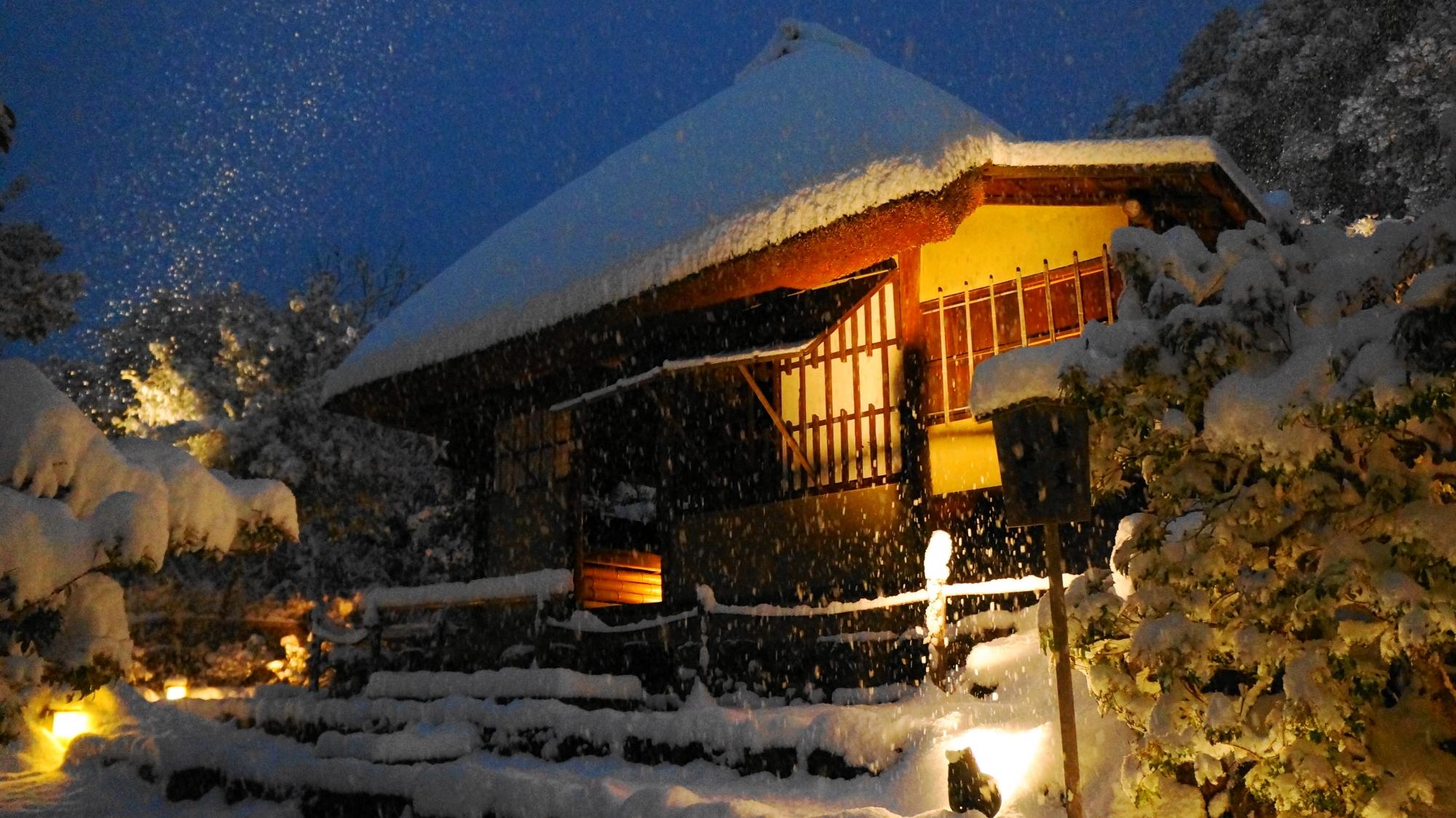 高台寺の傘亭の雪景色
